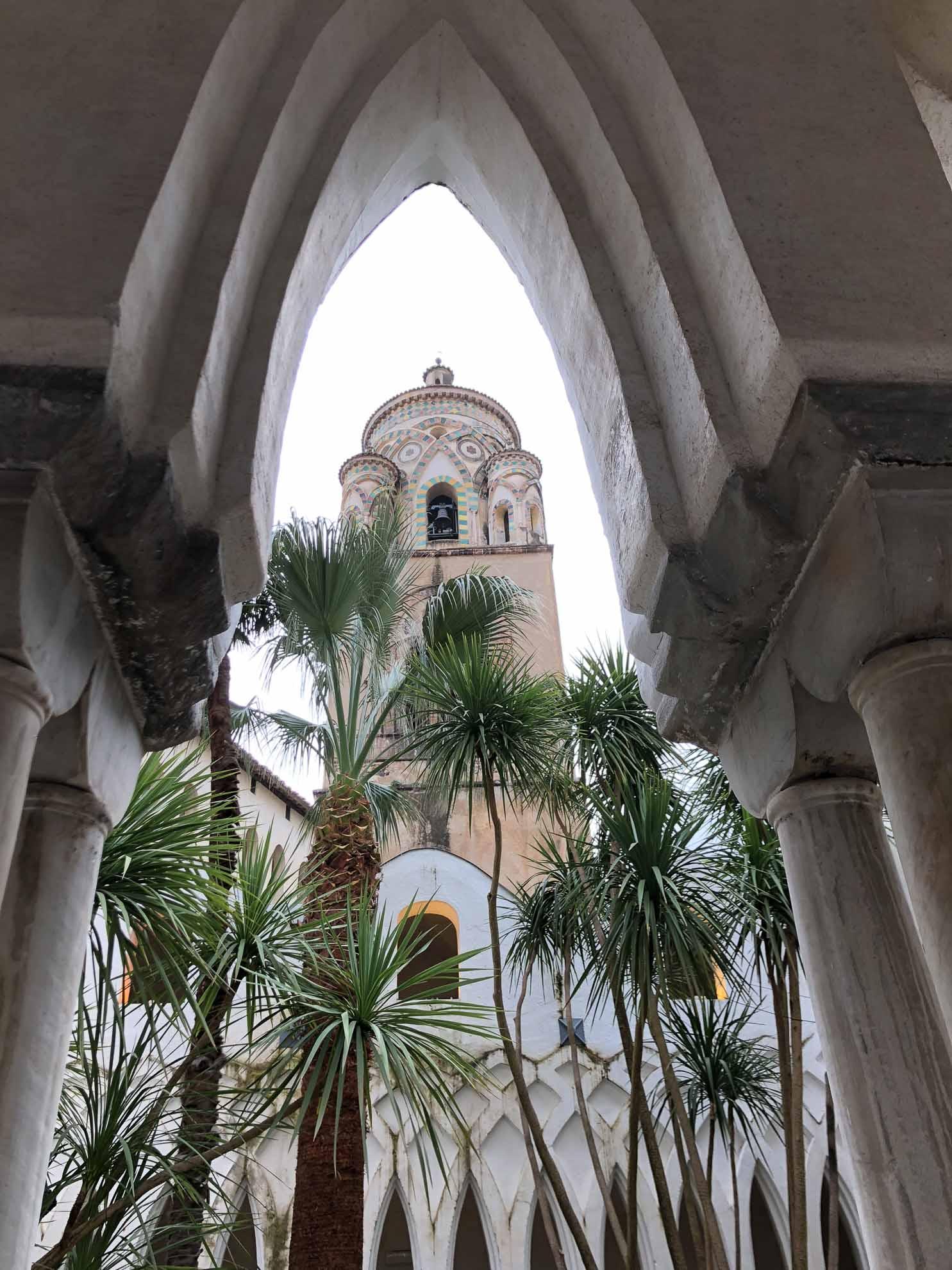 Wir besuchen den Dom Sant'Andrea, der mit seinem Glockenturm das Stadtbild prägt. Er wurde im 10. Jahrhundert im romanischen Stil erbaut. Der Glockenturm kam später dazu.