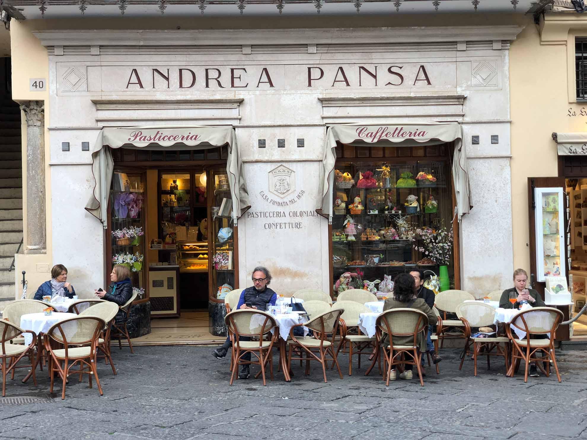 Kleine Pause in der Pasticceria Pansa Amalfi – hier werden wunderbare süße Kleinigkeiten serviert.