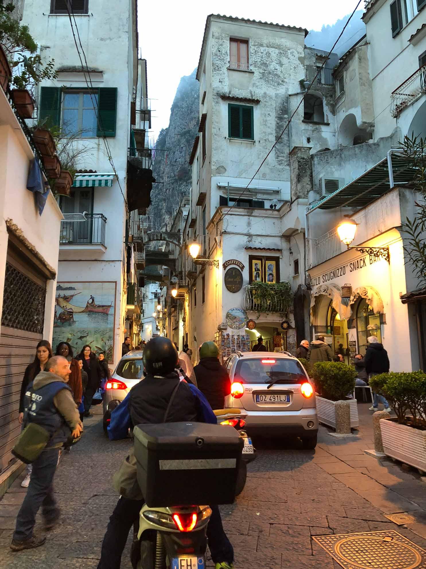 Italien pur - das abendliche Gewühl von Amalfi.