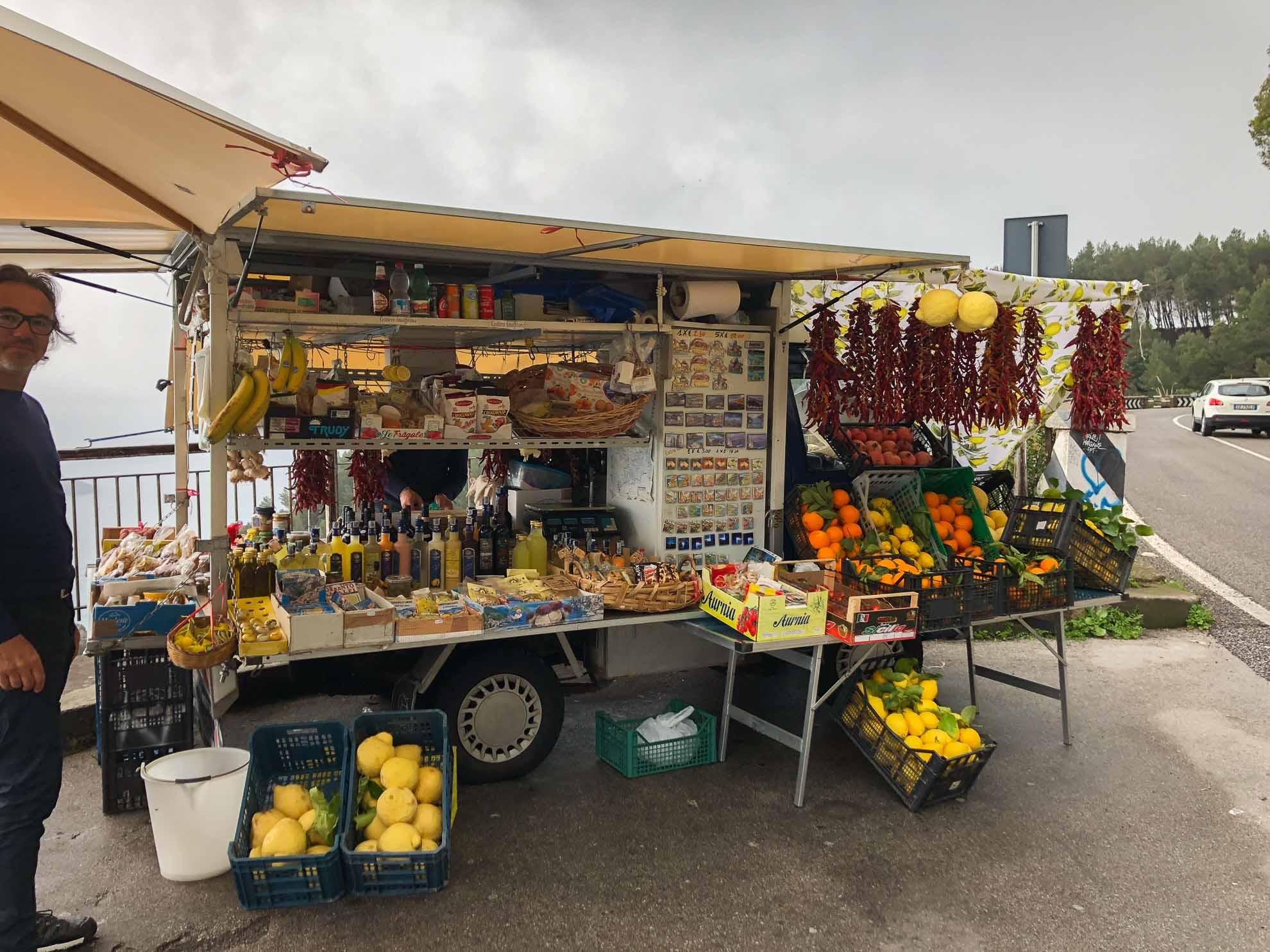 Am Stand eines Händlers mit regionalen Produkten ...