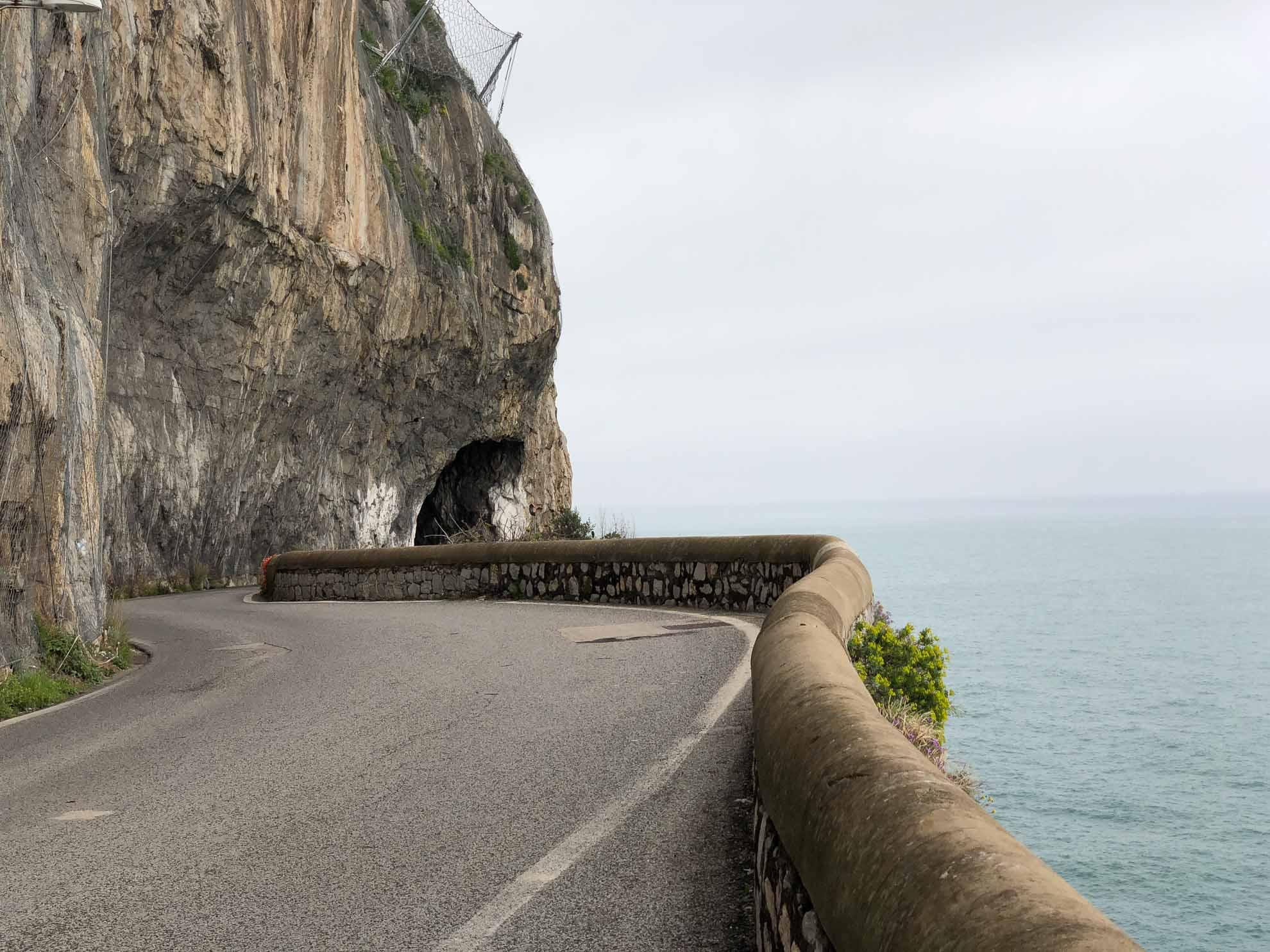 """Entlang der gewundenen Küste führt die """"Strada Statale 163 Amalfitana"""", kurz """"SS 163""""."""