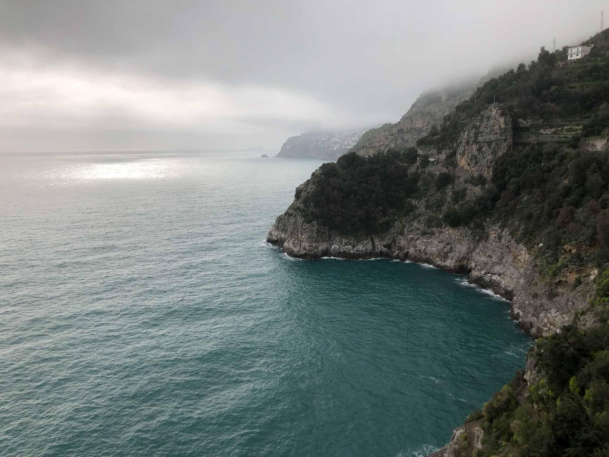 50 km schlängelt sich die Küstenstraße entlang der Amalfiküste und bietet hinter fast jeder Kurve eine neue traumhafte Aussicht.