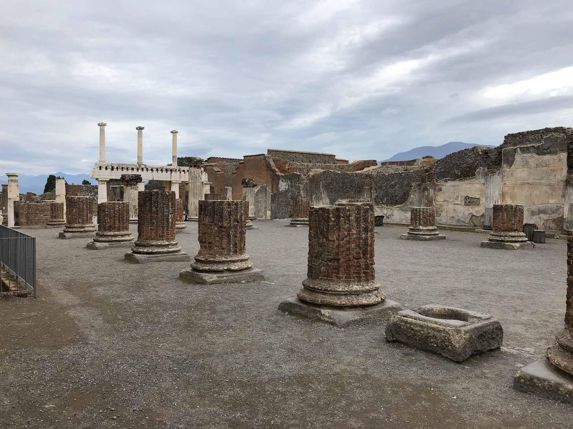 Vom Hafen ist es nicht weit nach Pompeji. Wir starten zum Landausflug zur Ausgrabungsstätte der einst verschütteten antiken Stadt Pompeji.