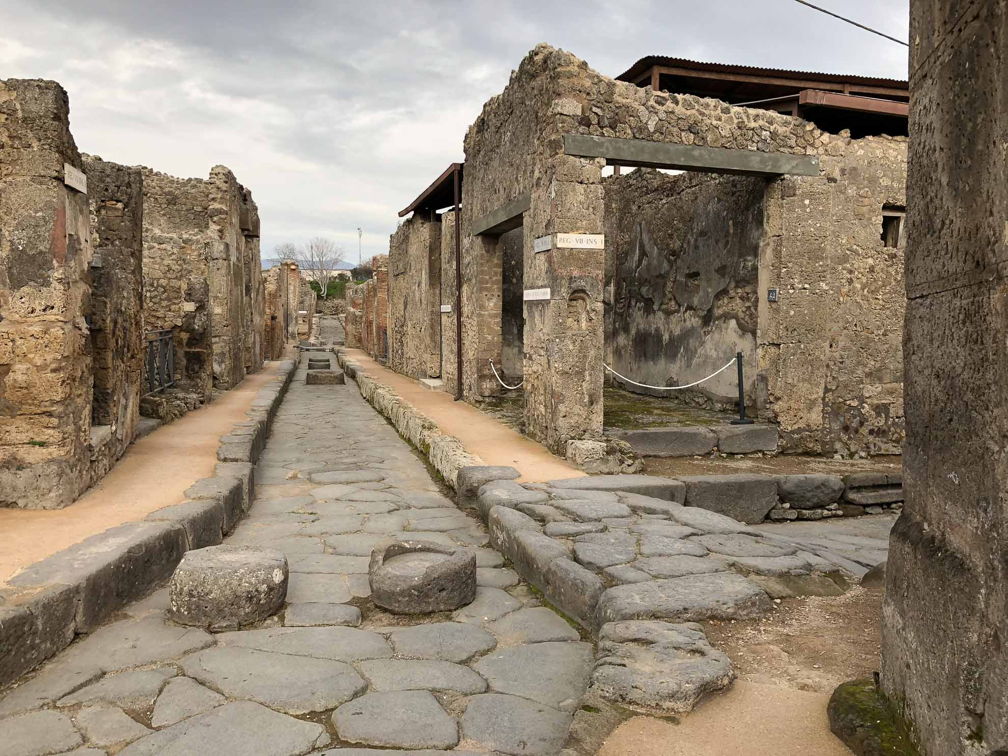Kaum vorstellbar, dass nach dem Ausbruch des Vesuv im Jahr 79 n. Chr. eine bis zu 6 Meter dicke Ascheschicht all dies unter sich begrub.