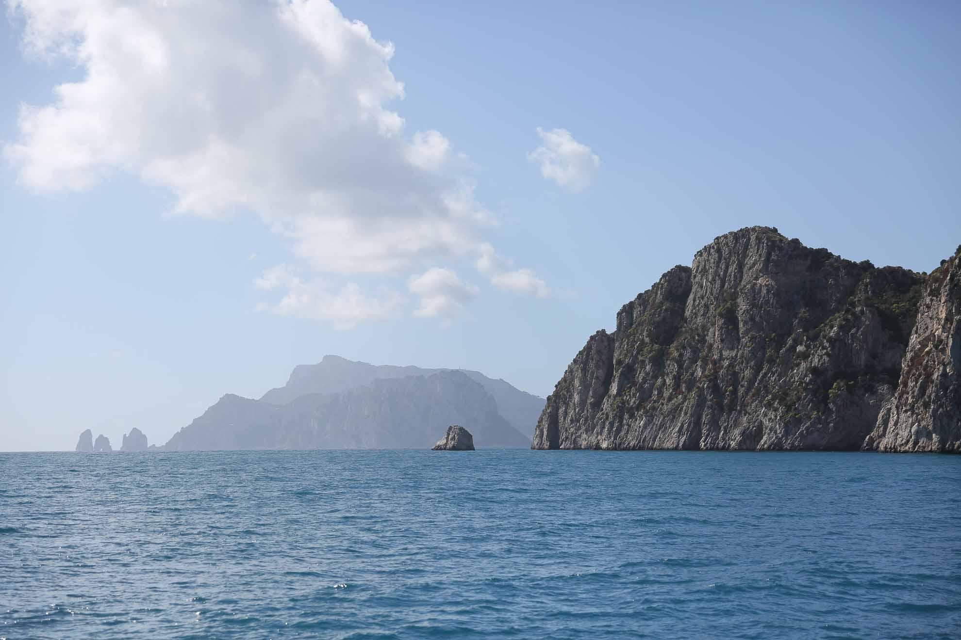 Die Insel Capri liegt kaum zwei Seemeilen vor der italienischen Küste im Golf von Neapel.