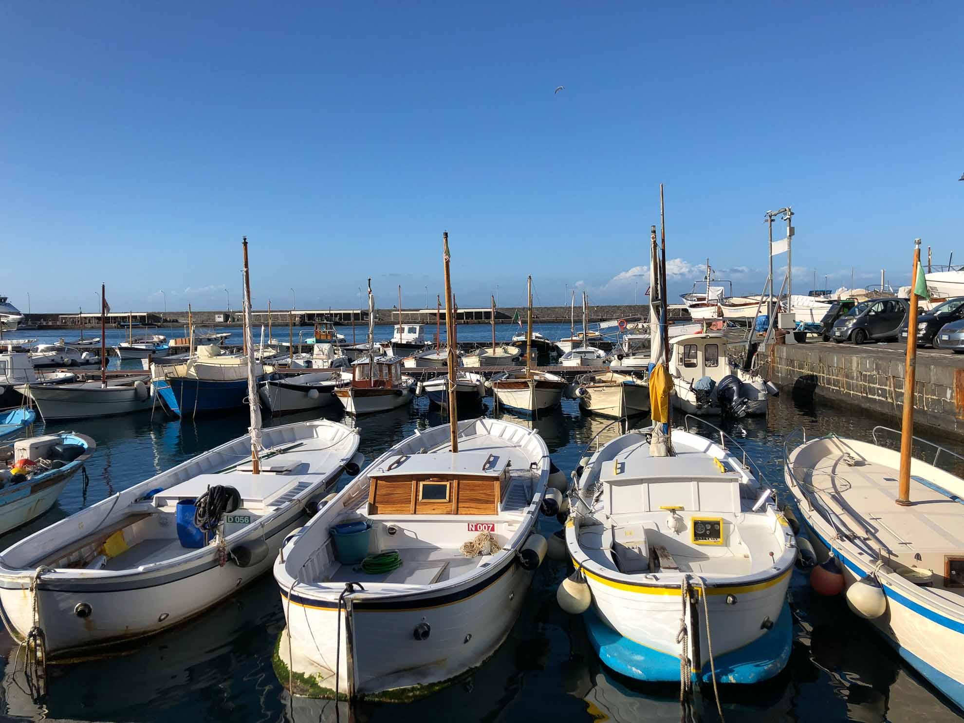 Zeit für den Landgang und für den Ort von Capri mit seinem hübschen Hafen.