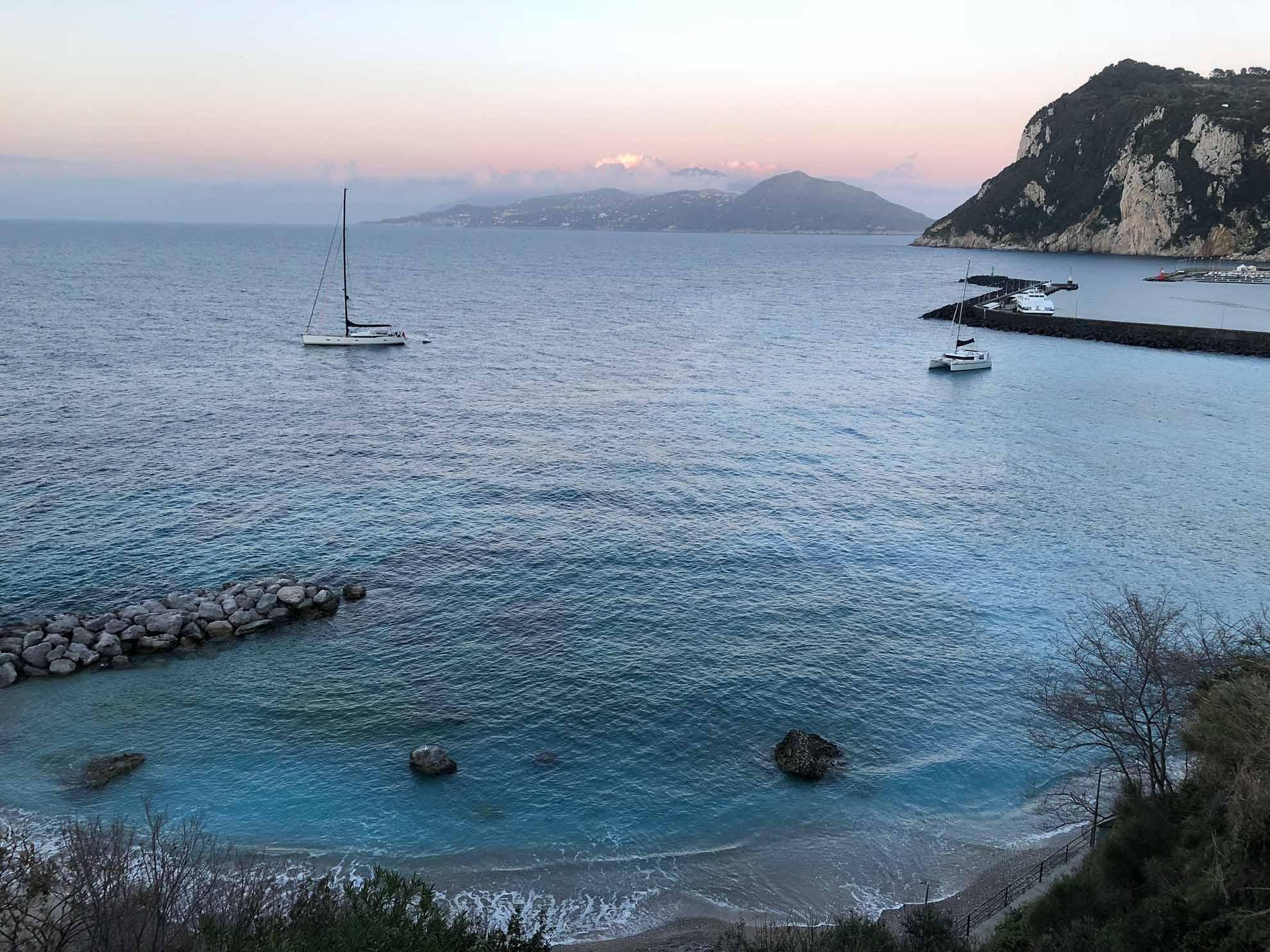 Wir liegen über Nacht im Norden Capris in der Bucht des Hafen Marina Grande vor Anker – außer Malaika ist nur eine weitere Yacht dort, ein Katamaran.