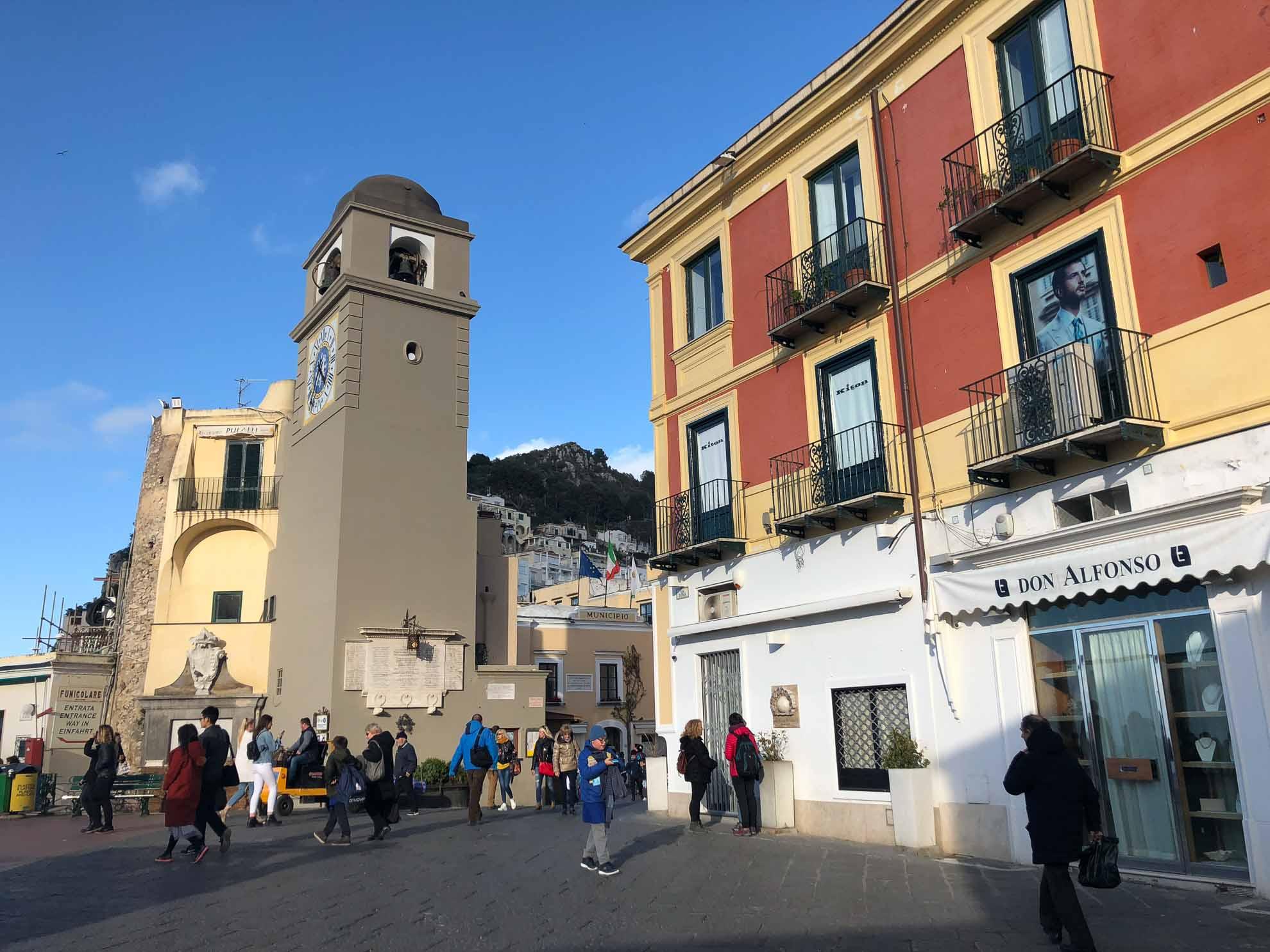 Capri ist bekannt für seine Meeresgrotten und ist ein beliebtes Urlaubs- und Ausflugsziel.
