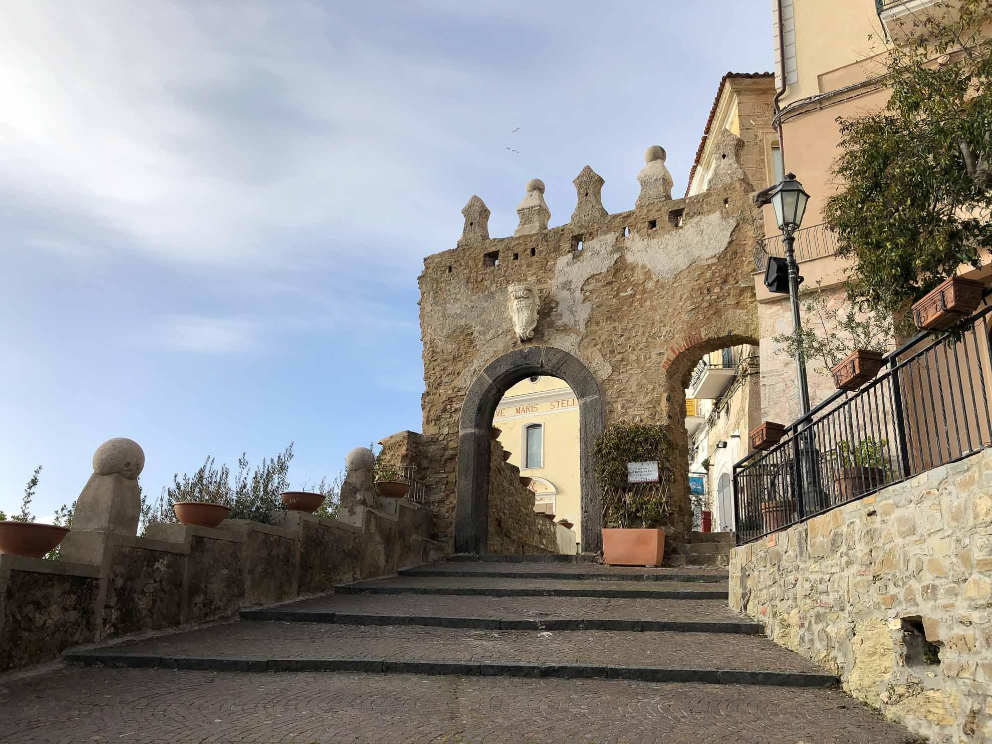 """Eine Mauer umgibt den alten Ort. Das Stadttor, die """"Porta Monumentale"""", ist gut erhalten."""