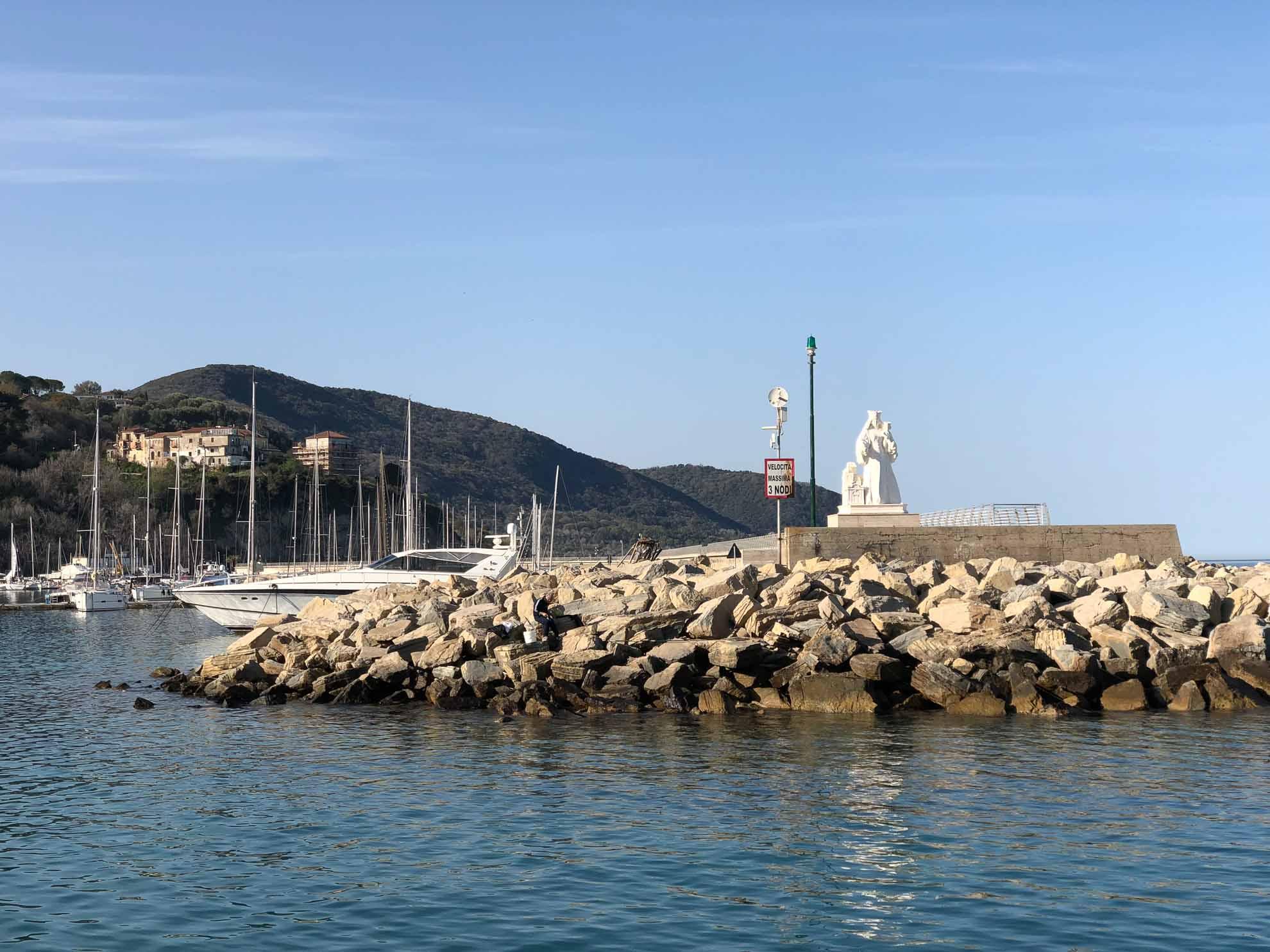 Über Nacht sind wir von Stromboli gen Norden gefahren und erreichen nach einer ruhigen Überfahrt unter Maschine am nächsten Morgen Agropoli am italienischen Festland.