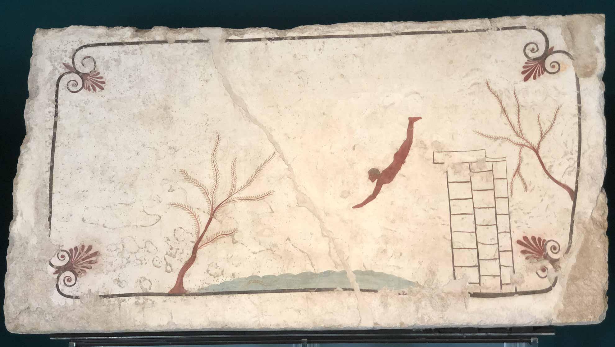 """Im Museum sind Fundstücke aus der Umgebung ausgestellt, unter anderem bemalte Steinplatten, die aus dem """"Grab des Turmspringers"""" soll den Übergang ins Todesreich als Sprung ins Wasser darstellen."""