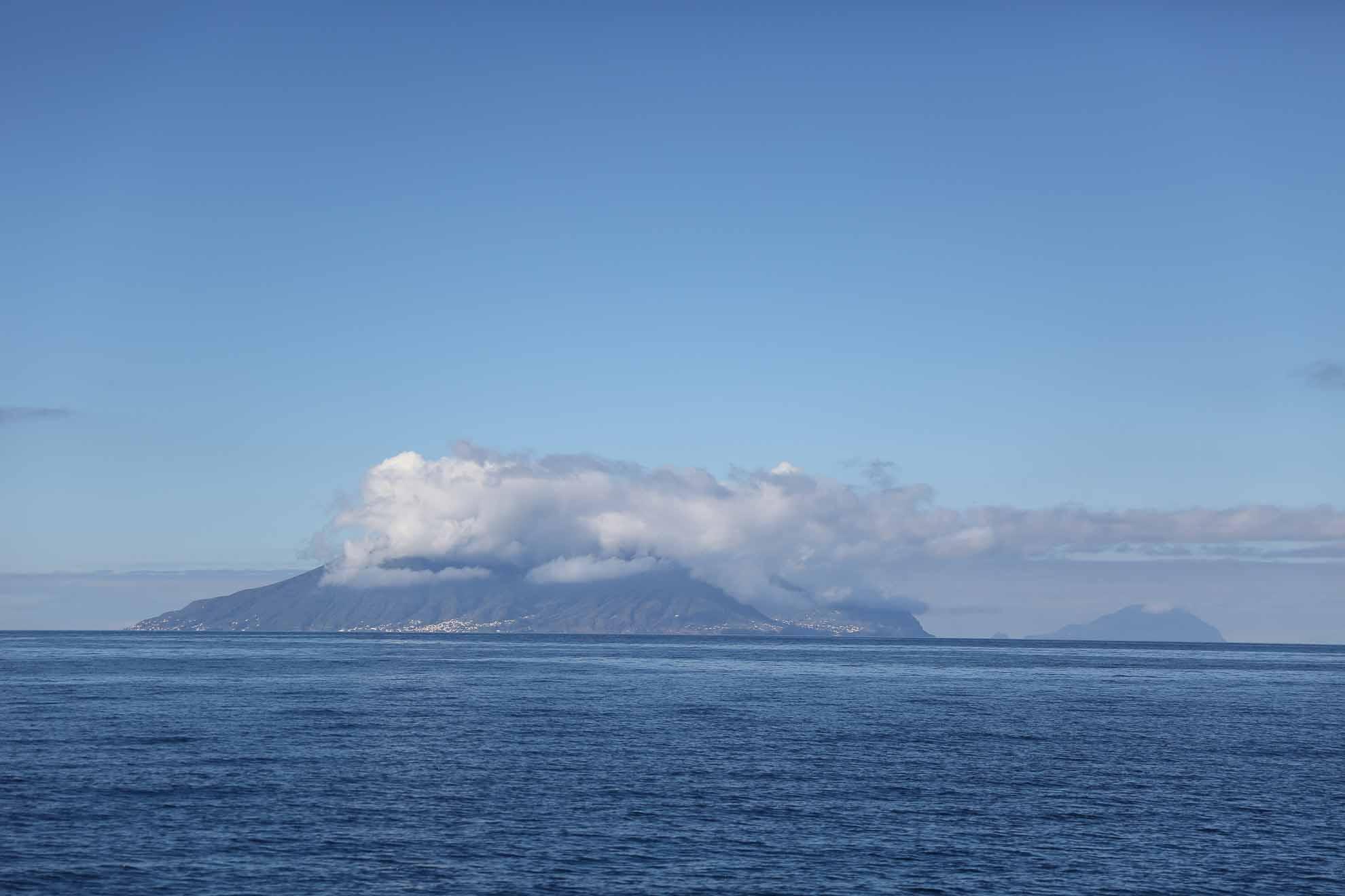 Am Vortag haben wir die 11 Seemeilen zu Liparis nördlicher Nachbarinsel Panarea zurückgelegt und sind in deren Süden vor Anker gegangen.