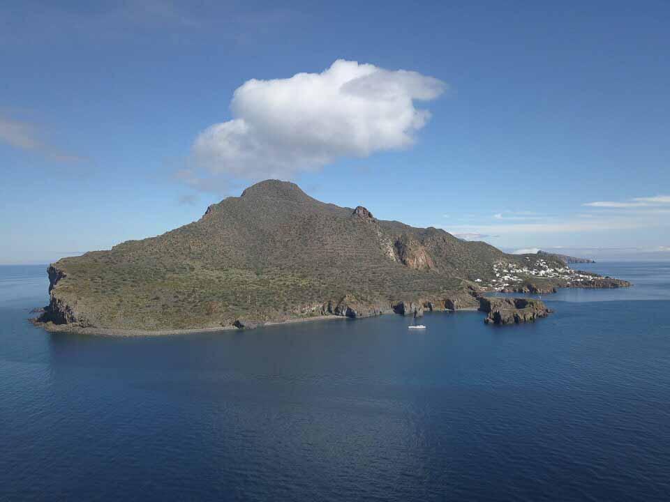 Ein großer Teil der kleinen Insel vulkanischen Ursprungs, vor der Malaika hier ankert, ist Naturschutzgebiet.