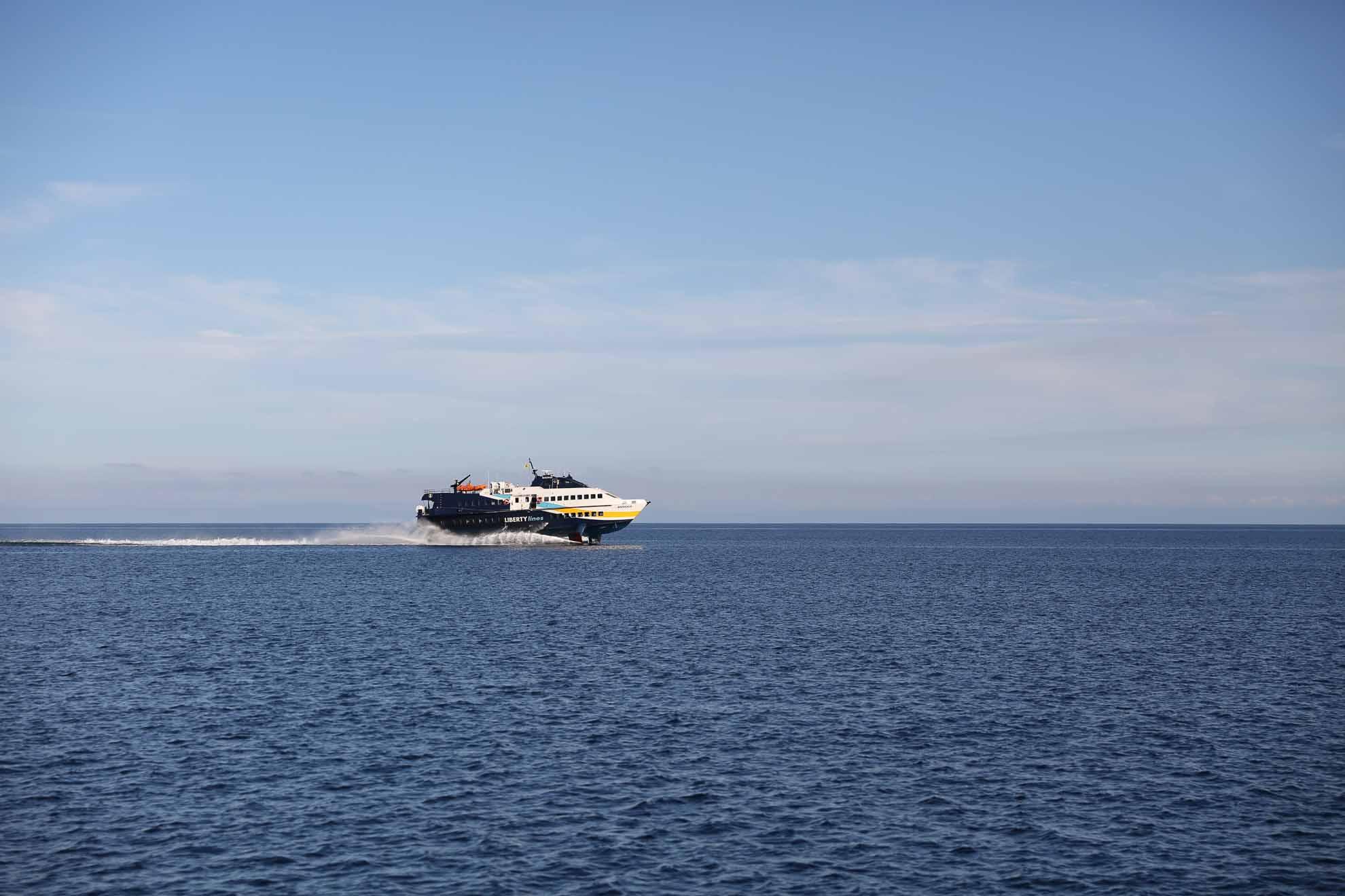 ... lebt heute größtenteils vom Tourismus. Schnellboote fahren von der italienischen Küste zu den Vulkaninseln.