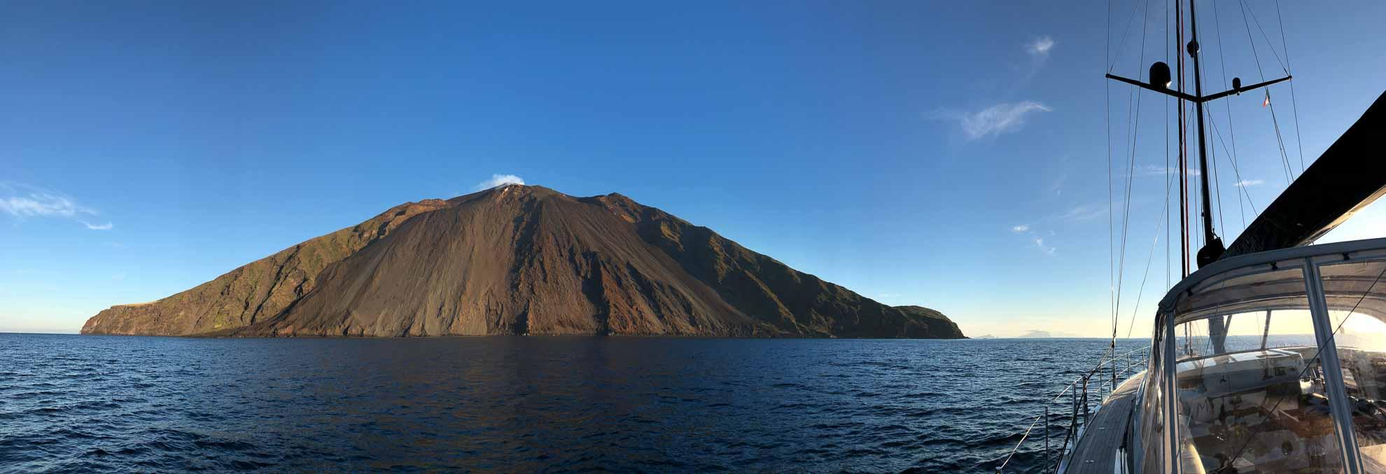 Am Nachmittag verholen wir zur nördlichsten und bekanntesten der Liparischen Inseln – Stromboli.