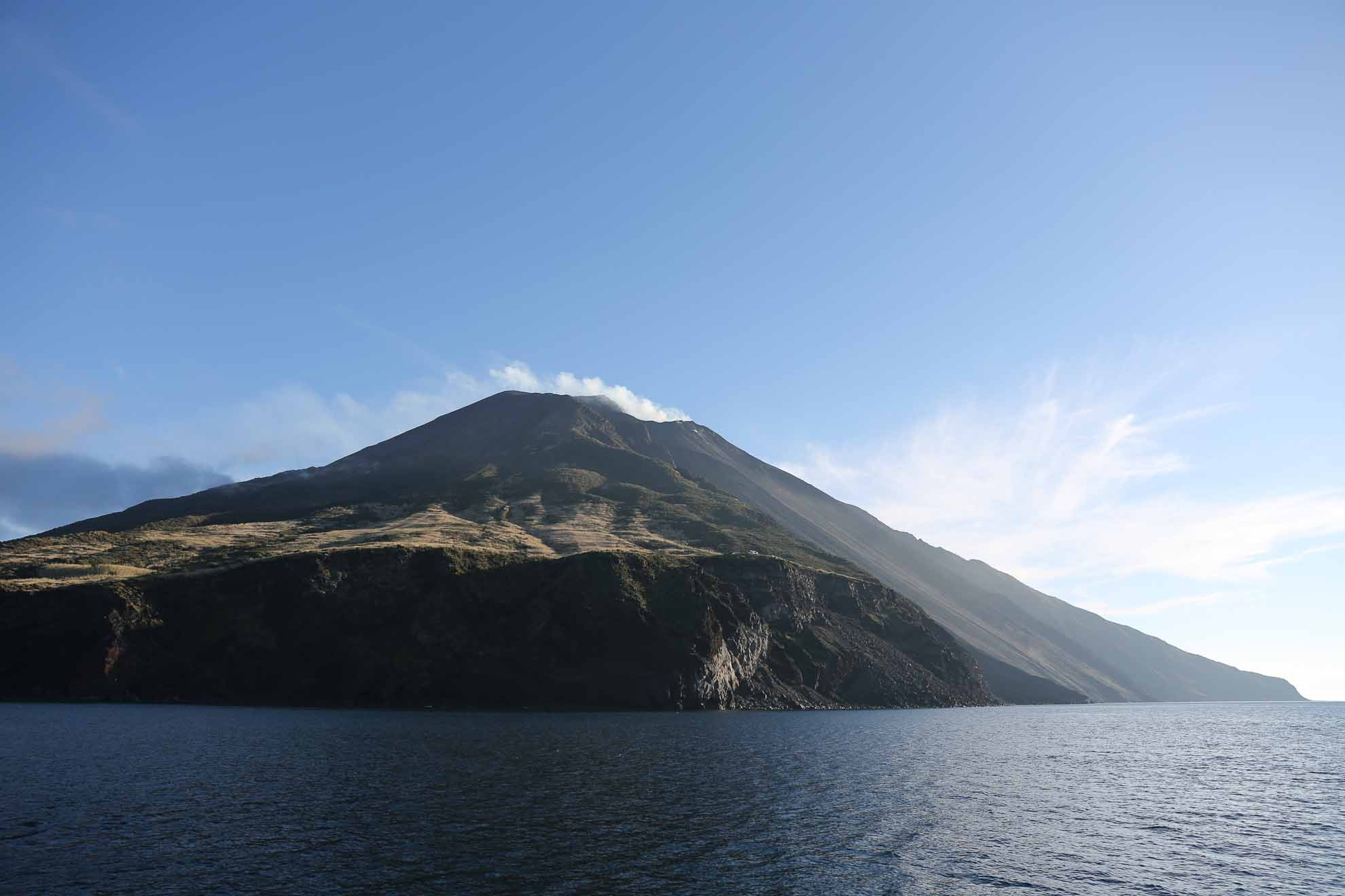 Der Vulkan ist bekanntermaßen regelmäßig auf geringem Niveau aktiv.