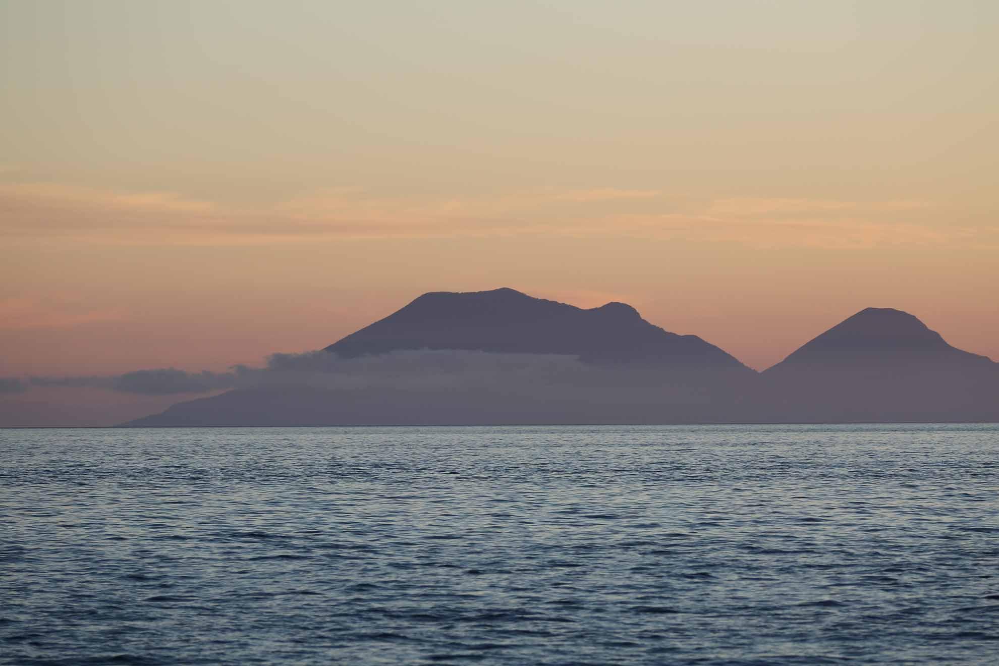 Die Distanzen zwischen den Liparische Inseln sind gering. In diesem Revier rund um Sizilien findet übrigens jährlich das Rolex Middle Sea Race statt.