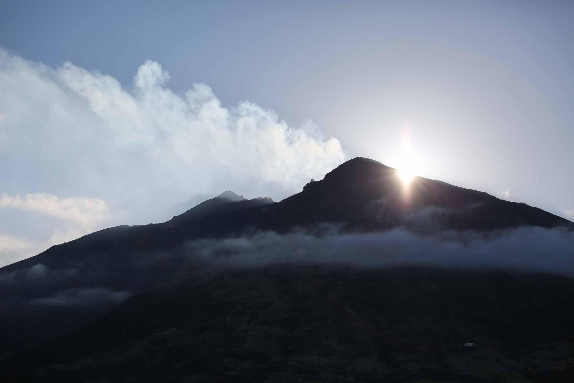 Vom Meeresgrund aus ragt der Vulkan fast 3.000 Meter empor, über 900 Meter davon über der Meeresoberfläche.