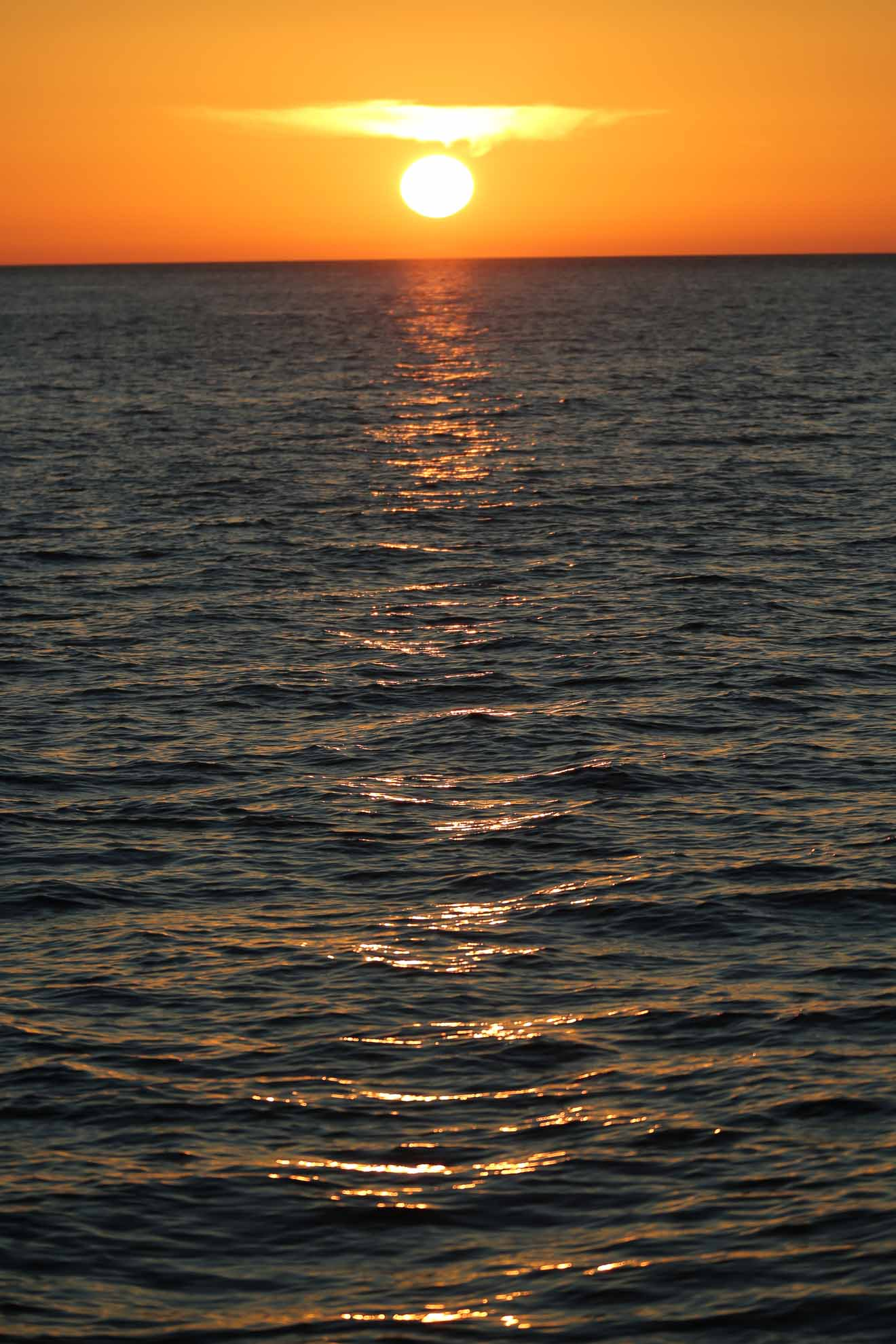 Die Sonne versinkt malerisch im Meer ...