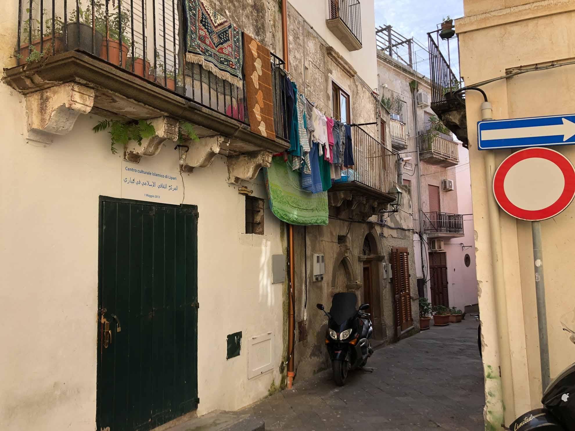 Die kleine Insel hat nur rund 12.000 Einwohner und gehört zu Sizilien.