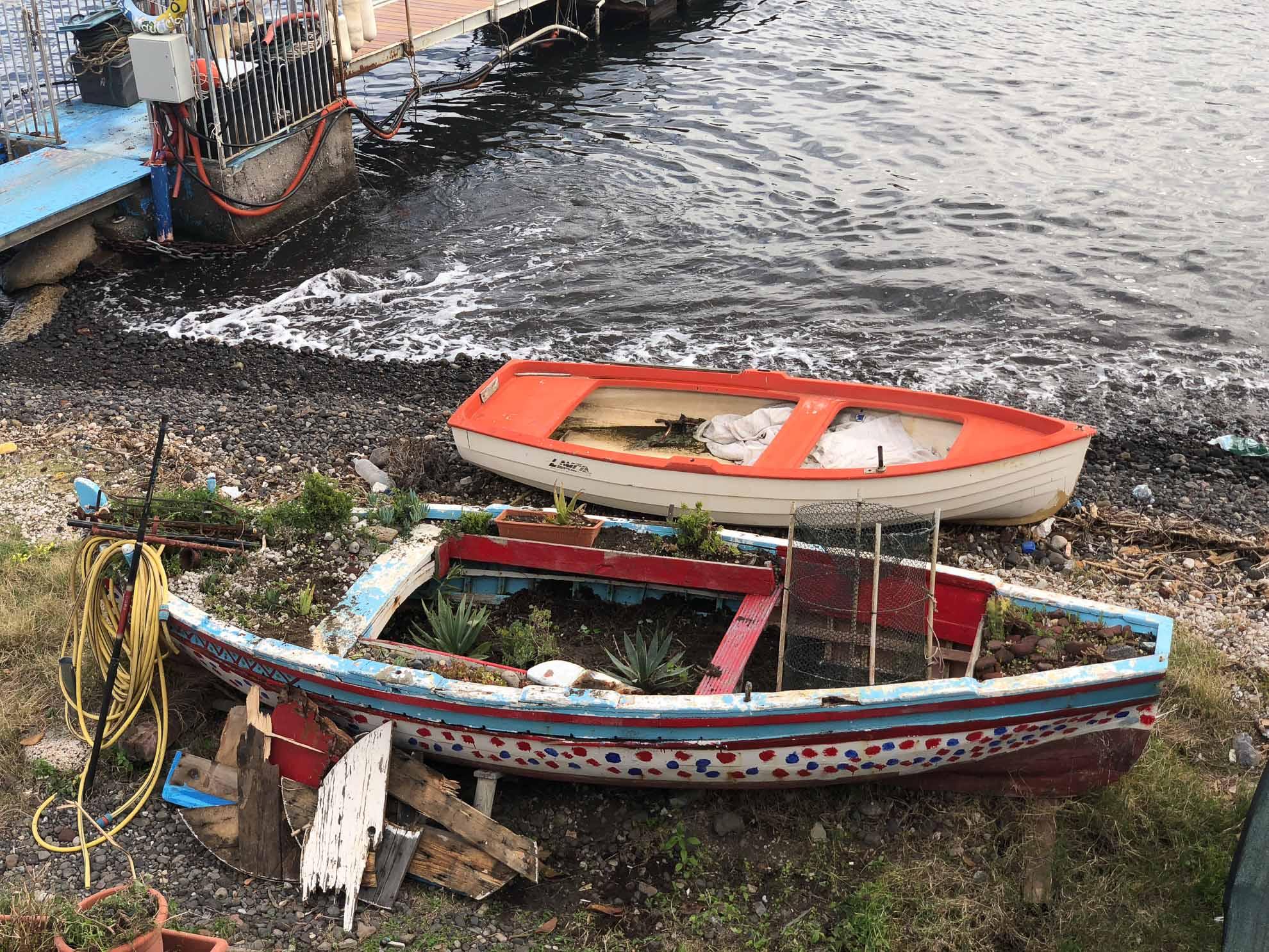 … und bepflanzte Boote.