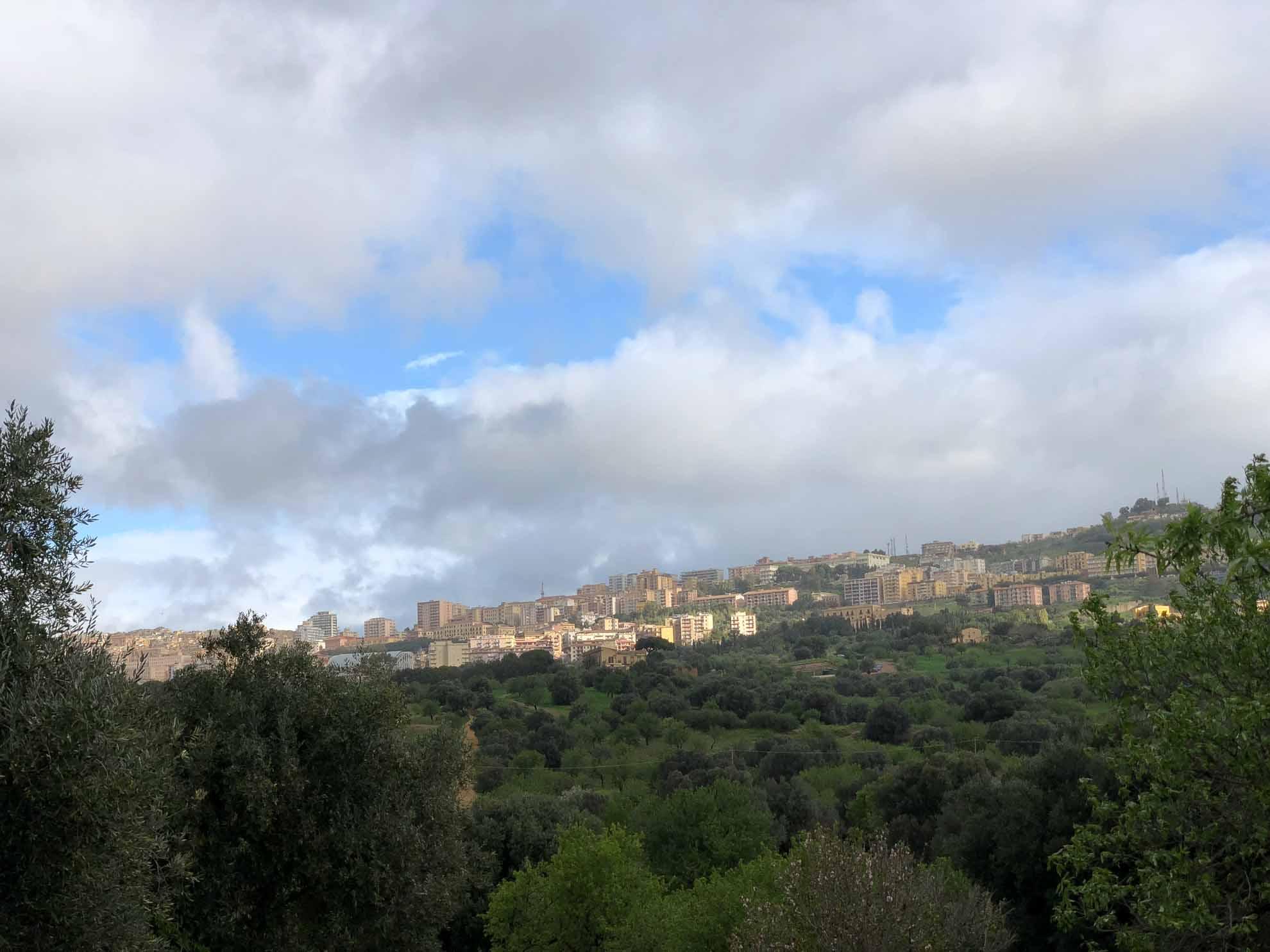 """Nach einer Übernachtung im Hotel """"Villa Athena"""" – mit Blick auf die alten Tempel – stehen auch an Tag drei des Landausflugs historische Stätten auf dem Programm."""
