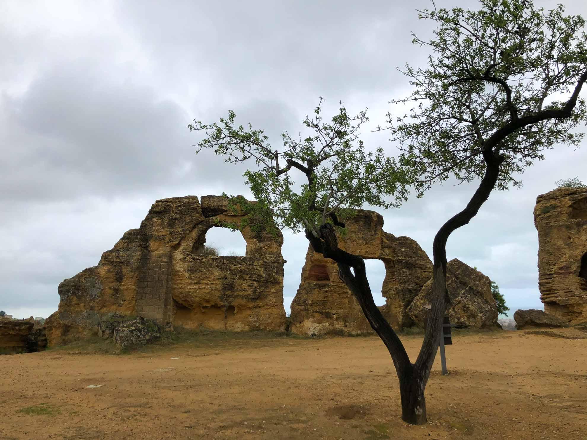Auf den archäologischen Fundstätten von Agrigent finden sich Überreste des einstigen Akragas.