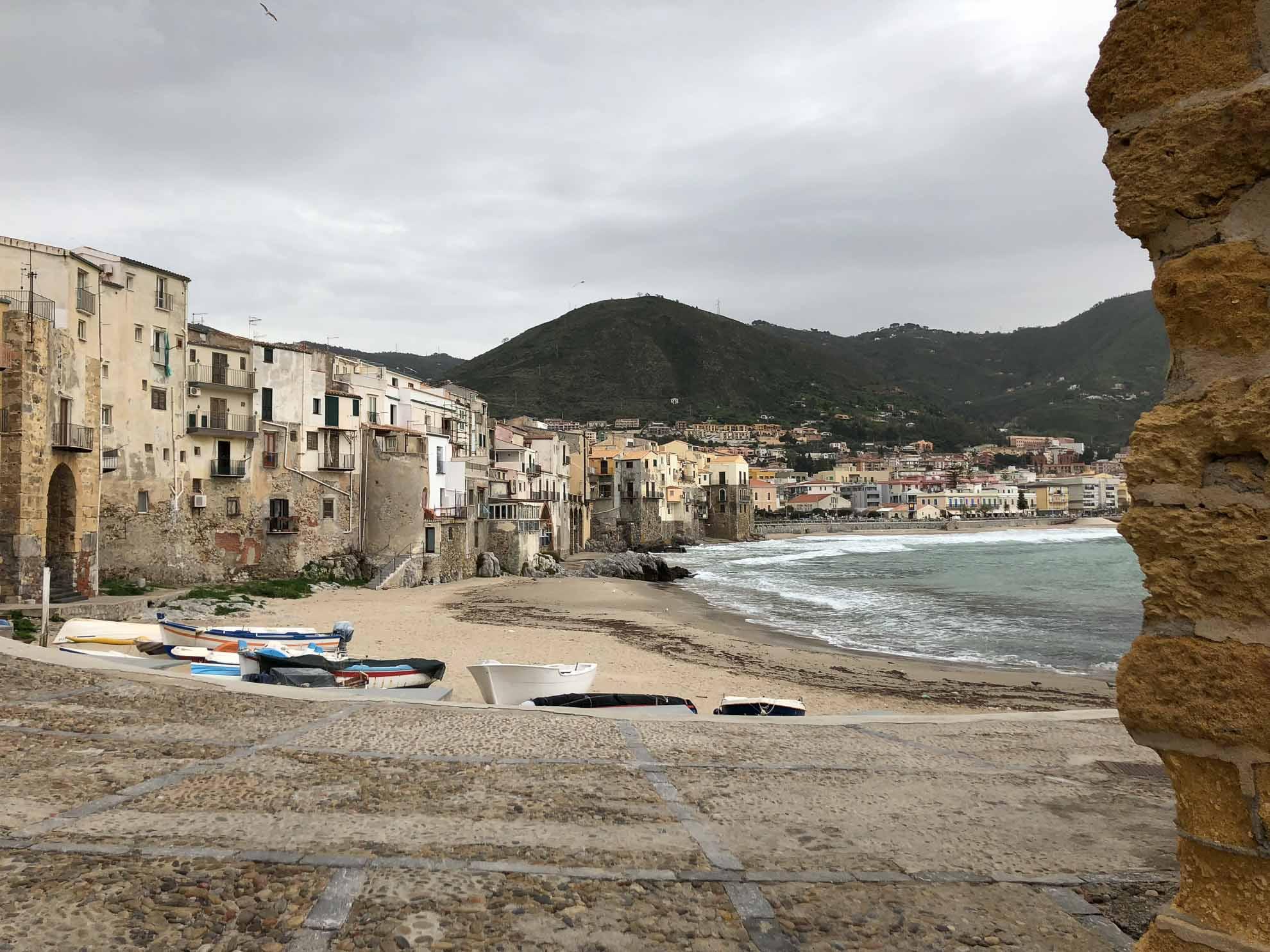 In Cefalù reicht die Stadt bis an den Strand.