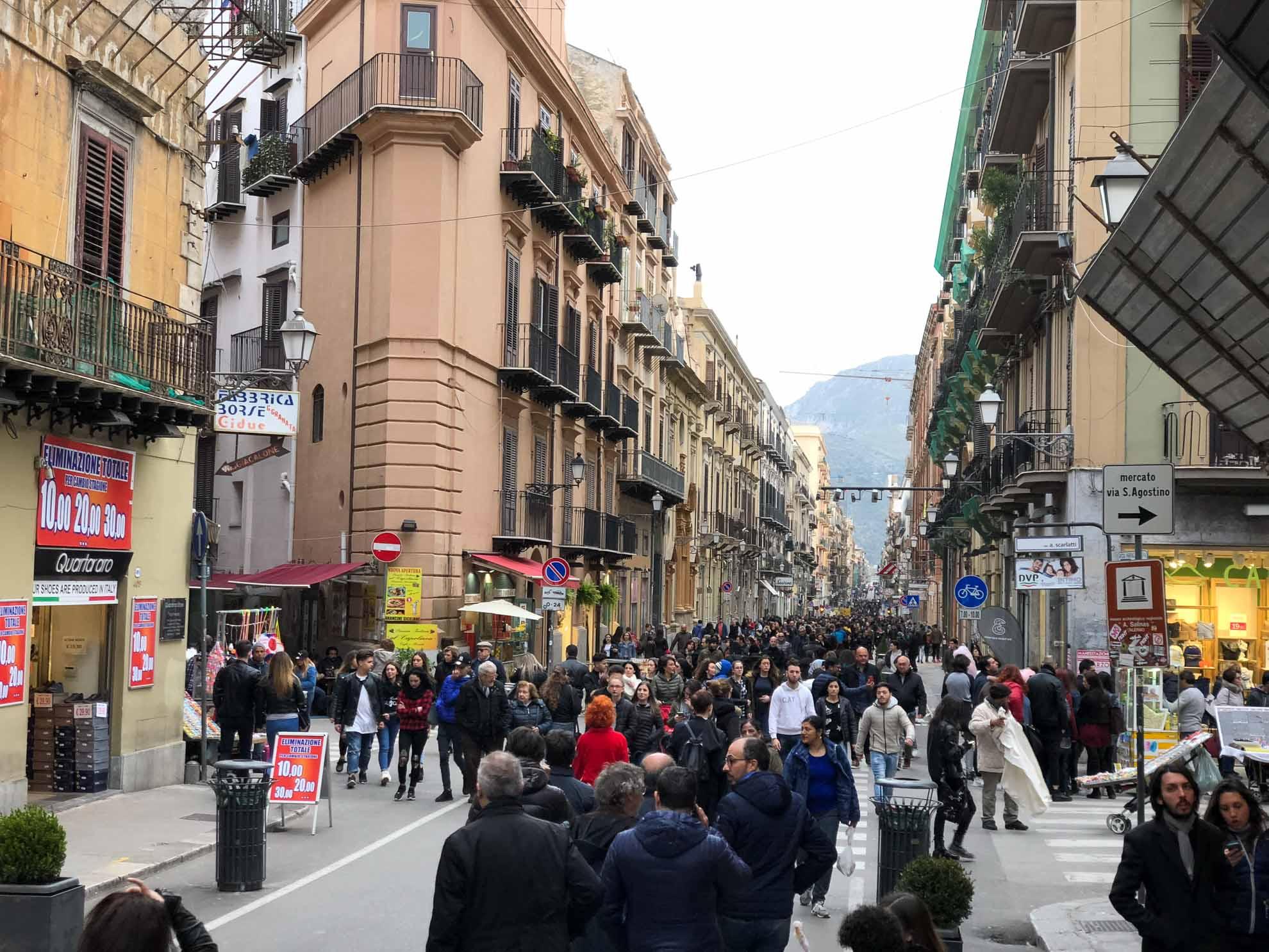 In Palermo herrscht Großstadt-Gewühl.