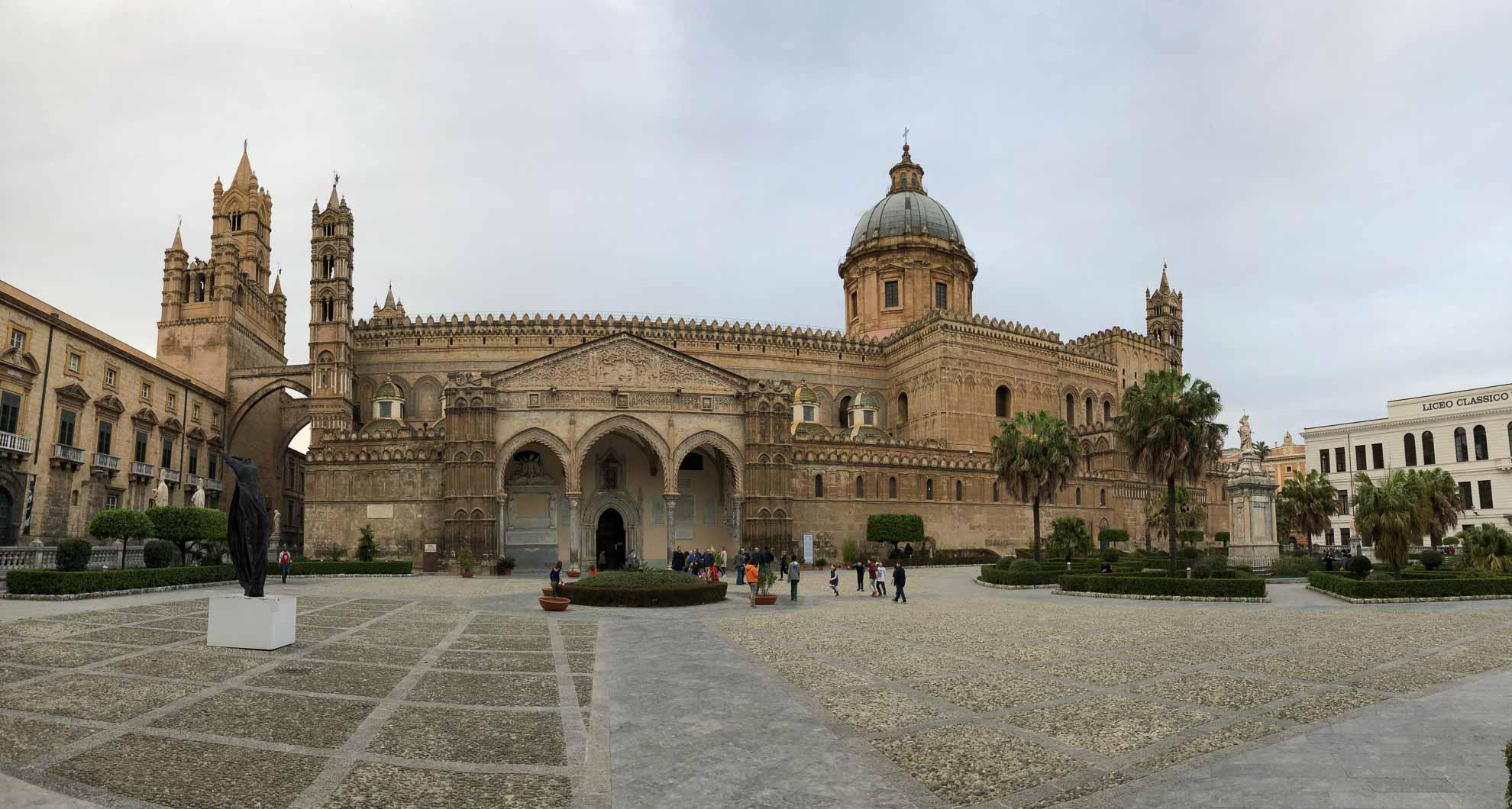 Die Kathedrale Maria Santissima Assunta wurde im 12. Jahrhundert im normannisch-arabischen Stil errichtet.