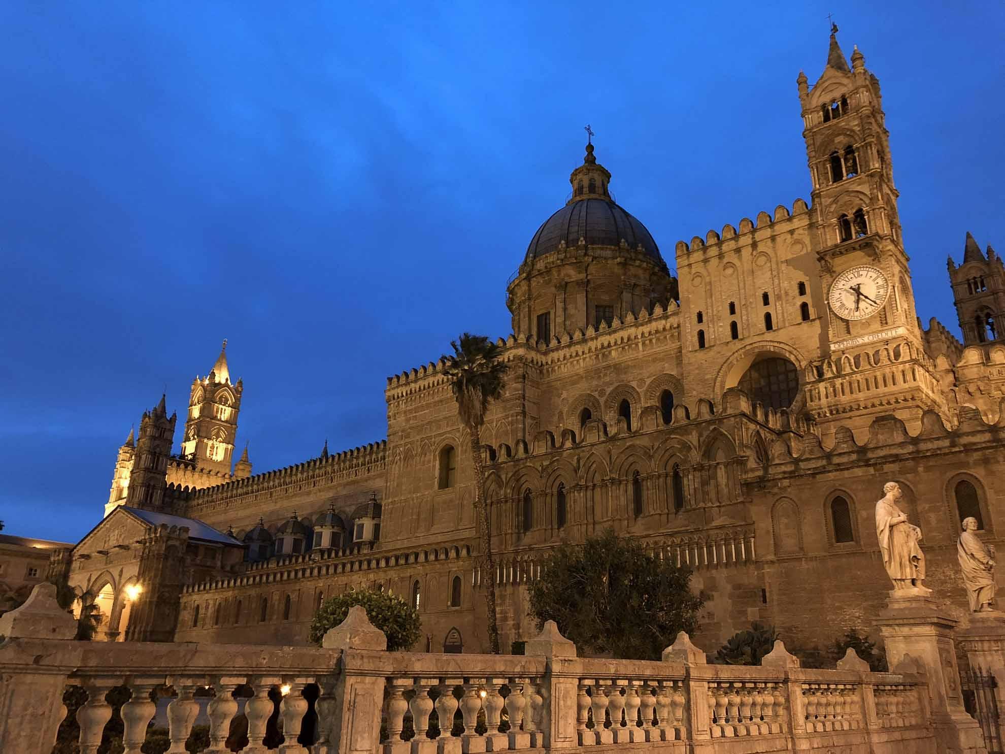Im Laufe der Jahrhunderte wurde sie umgebaut und es wurde angebaut. Heute hat das imposante Bauwerk ein Mittelschiff, ein Querschiff und zwei Seitenschiffe.