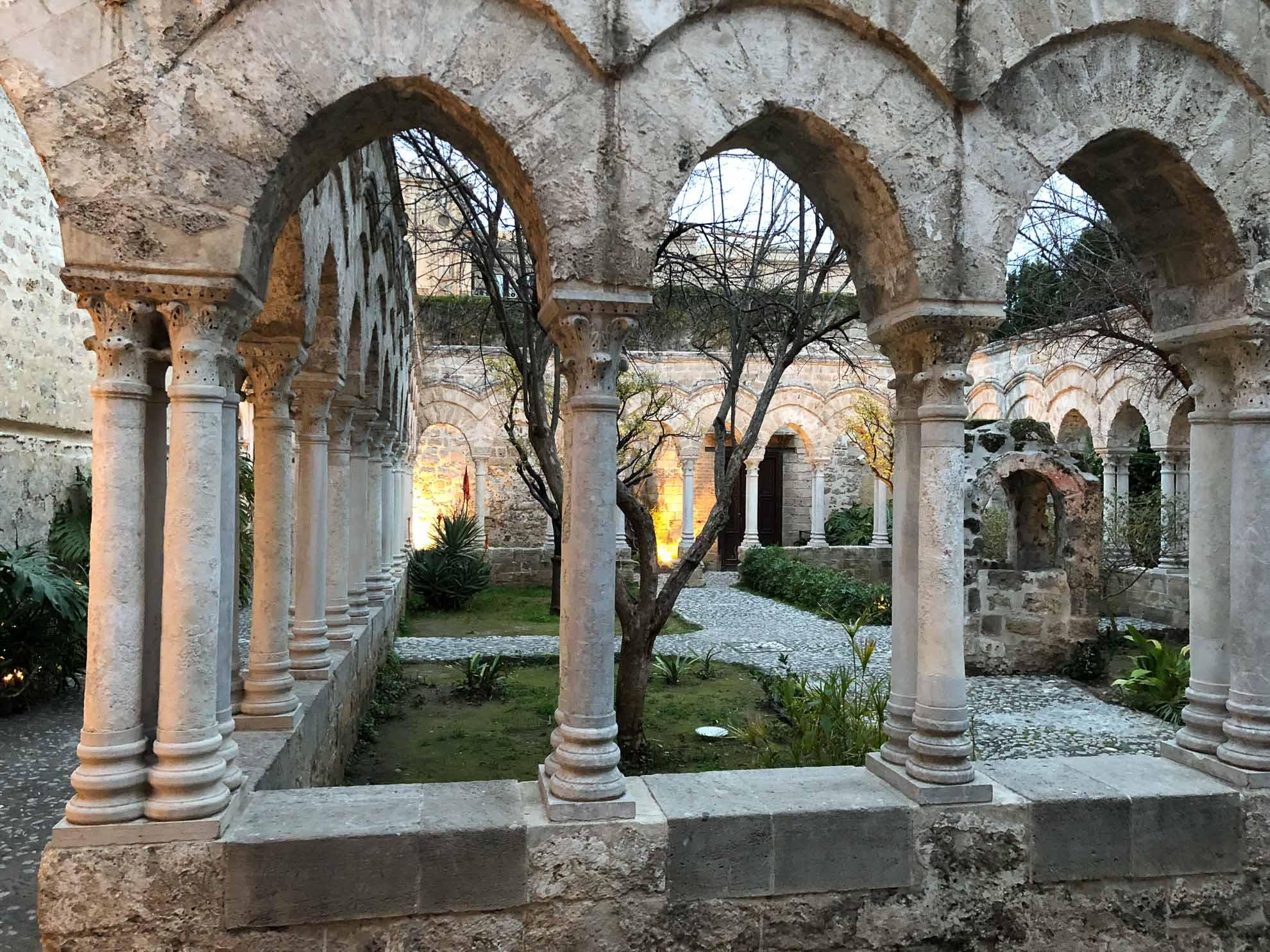 Auch sie vereint verschiedene Stile aus normannischer, byzantinischer und arabischer Baukunst.