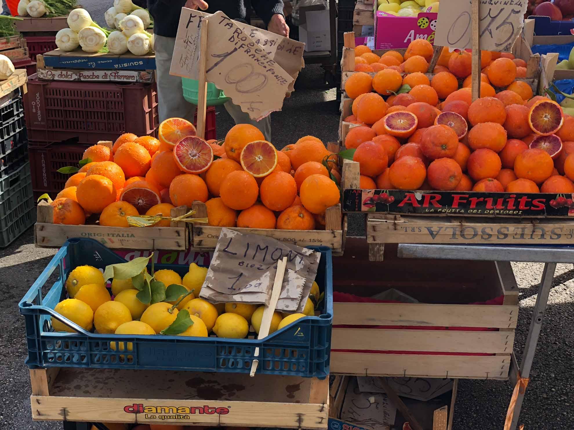 Die lebendigen Märkte locken mit frischen Früchten.