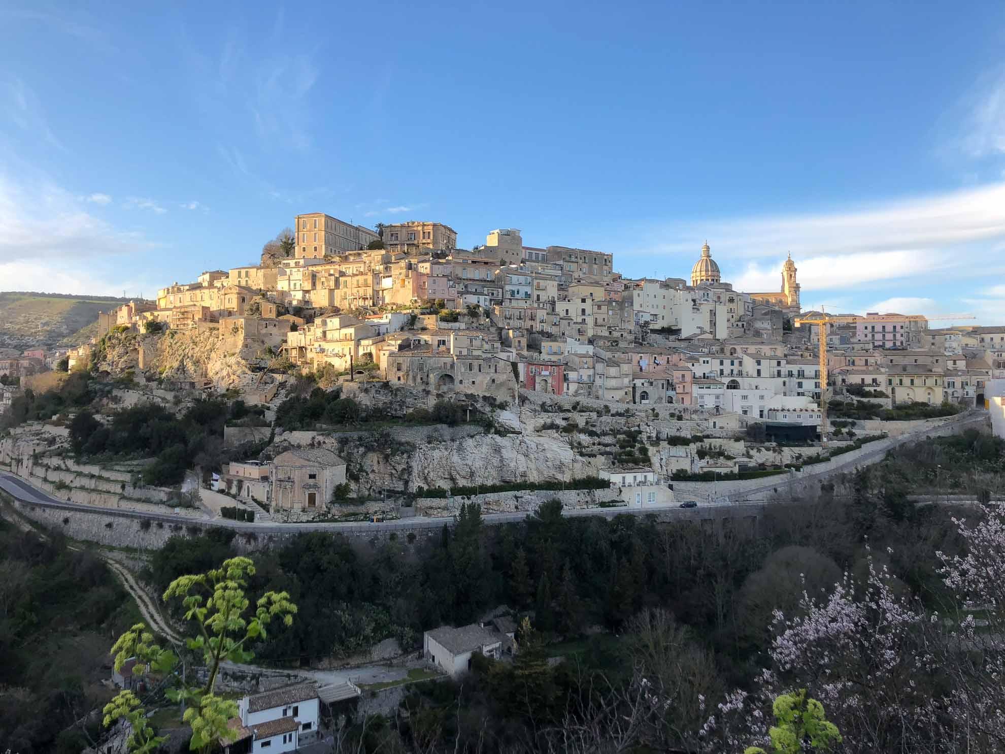 Noto und Ragusa sind UNESCO-Welterbe. Ragusa teilt sich in eine Oberstadt (Ragusa Superiore) und eine Unterstadt (Ragusa Ibla).