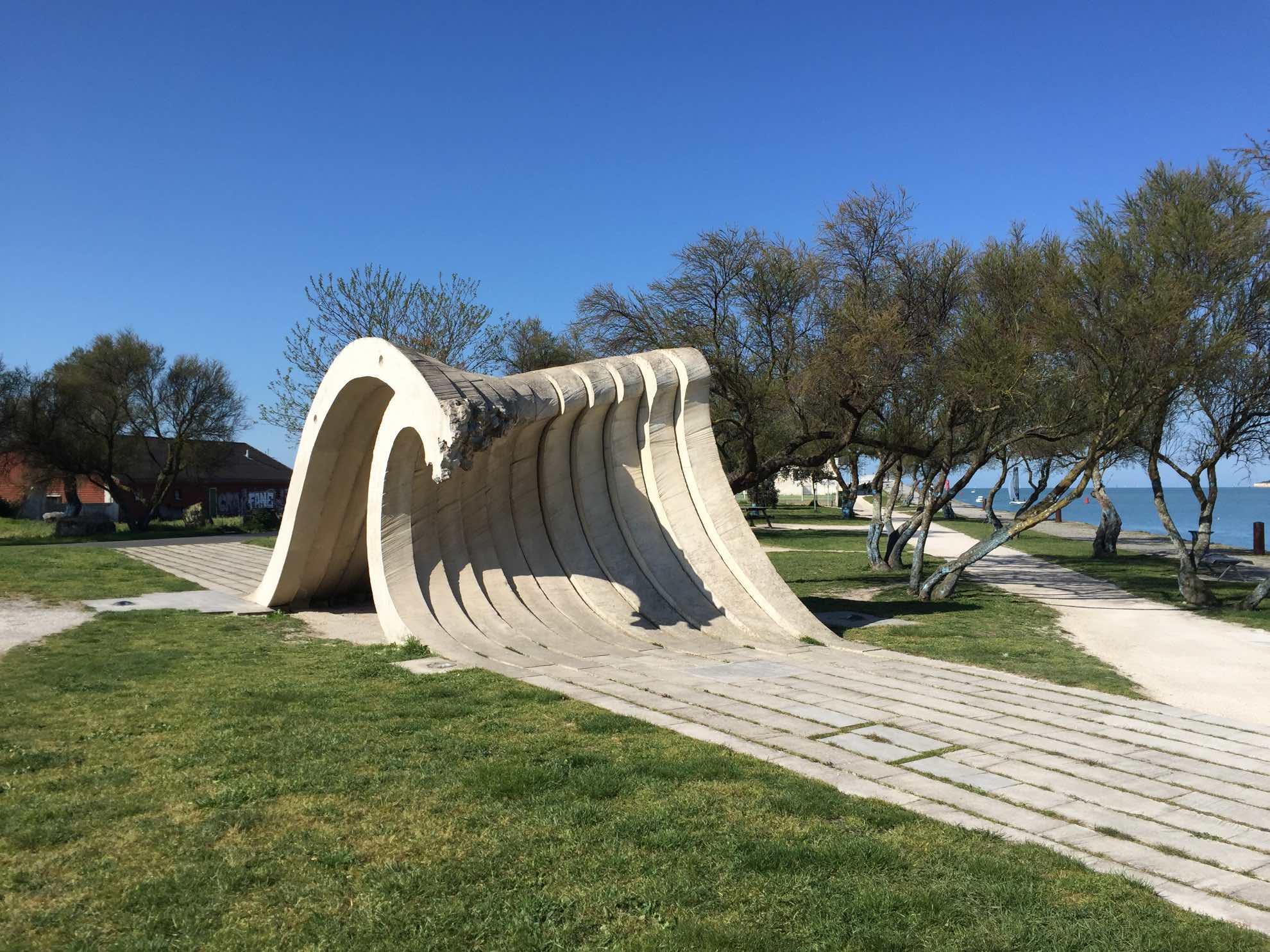 Diese Skulptur ist kein Zufall. Die Atlantikküste kann sehr rau sein und ist bei Seefahrern gefürchtet