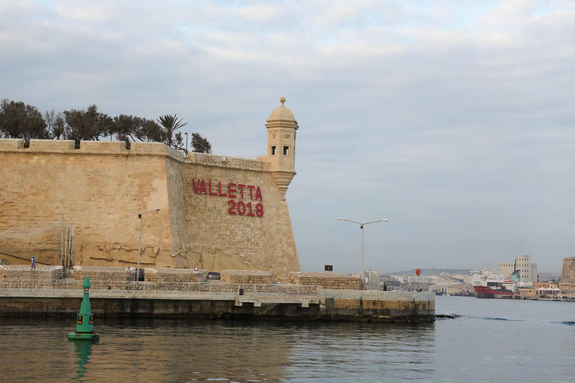 Die erste Überfahrt dieses Reiseabschnitts beginnt, Malaika verlässt Valletta.
