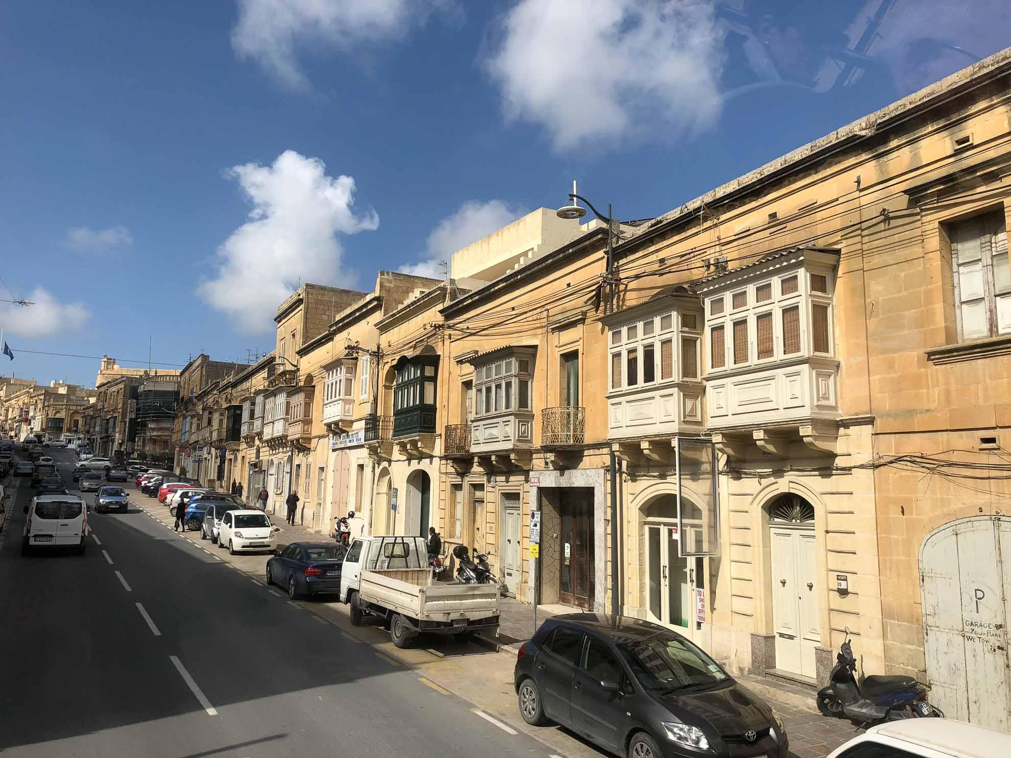 Mit dem Hop–on–hop–off–Bus geht es über die Insel Gozo, die zweitgrößte der Republik Malta ...