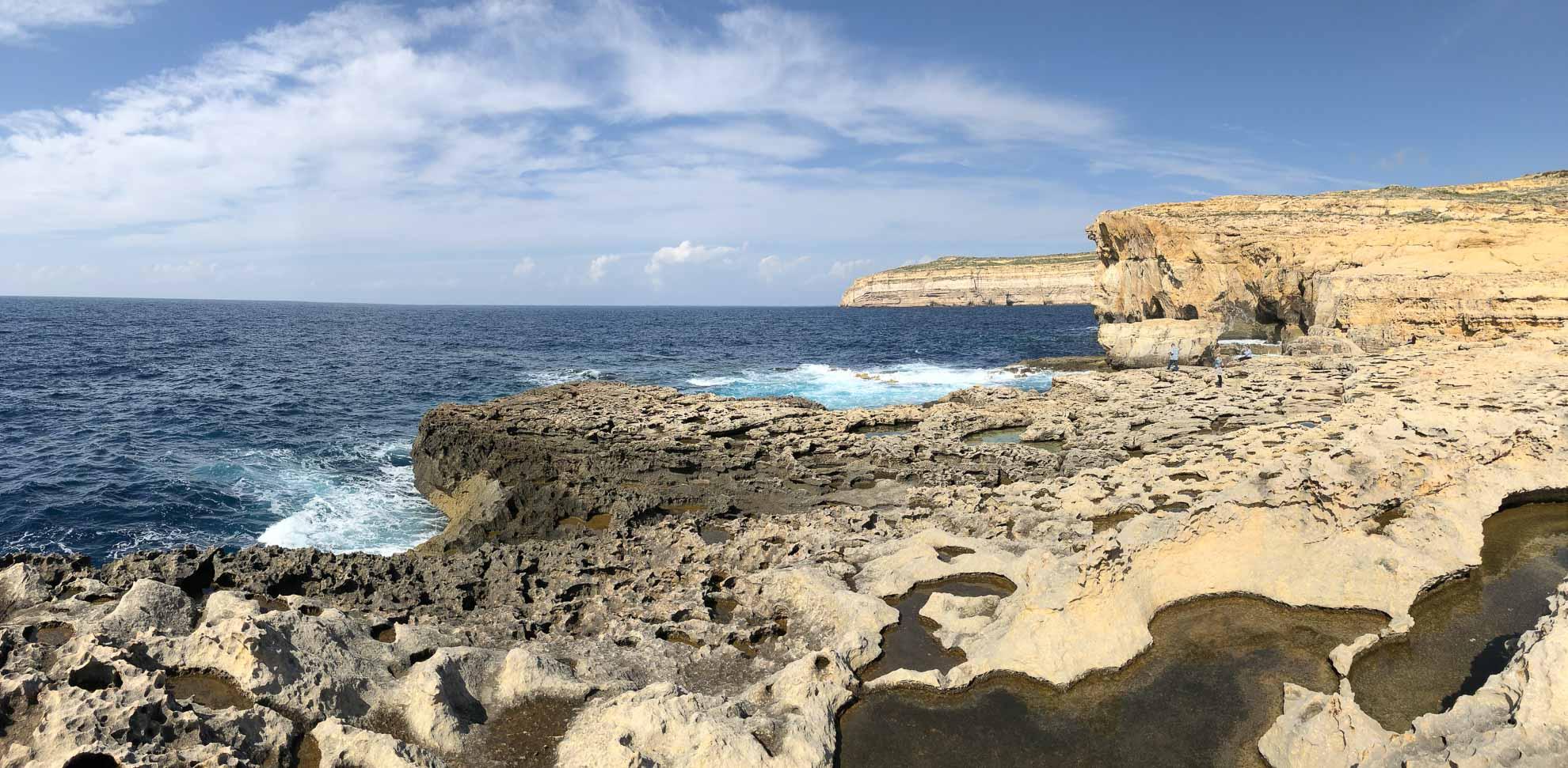 """... auch wenn wir leider zu spät kommen, um das natürliche Felsentor """"Azure Window"""" zu sehen. Bis 2017 stand es hier, stürzte dann aber in einem Sturm ein."""