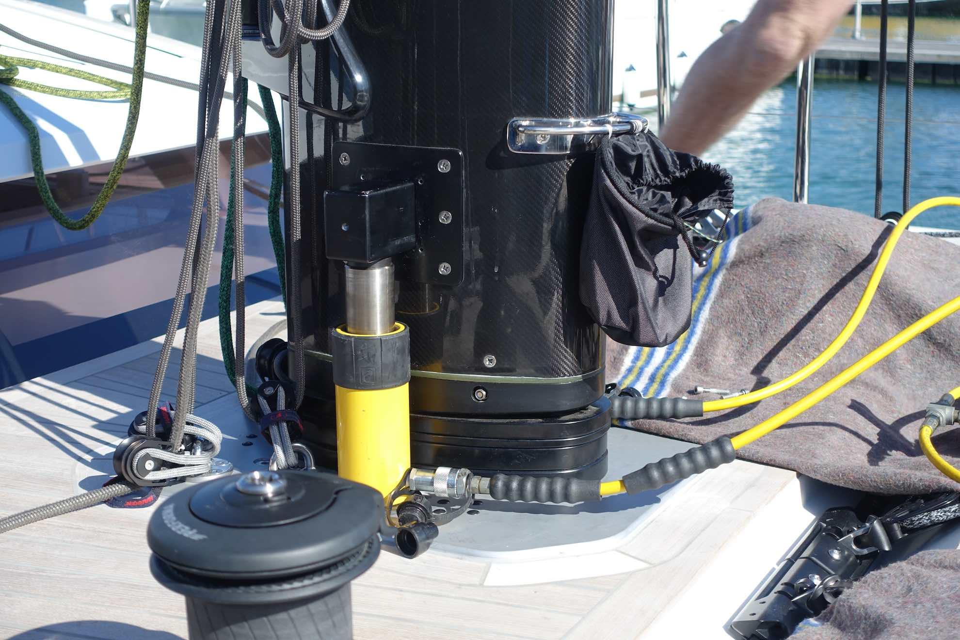 Der tonnenschwere Mast wird etwas angehoben, um den Druck auf das Rigg zu messen und es genau einzustellen.