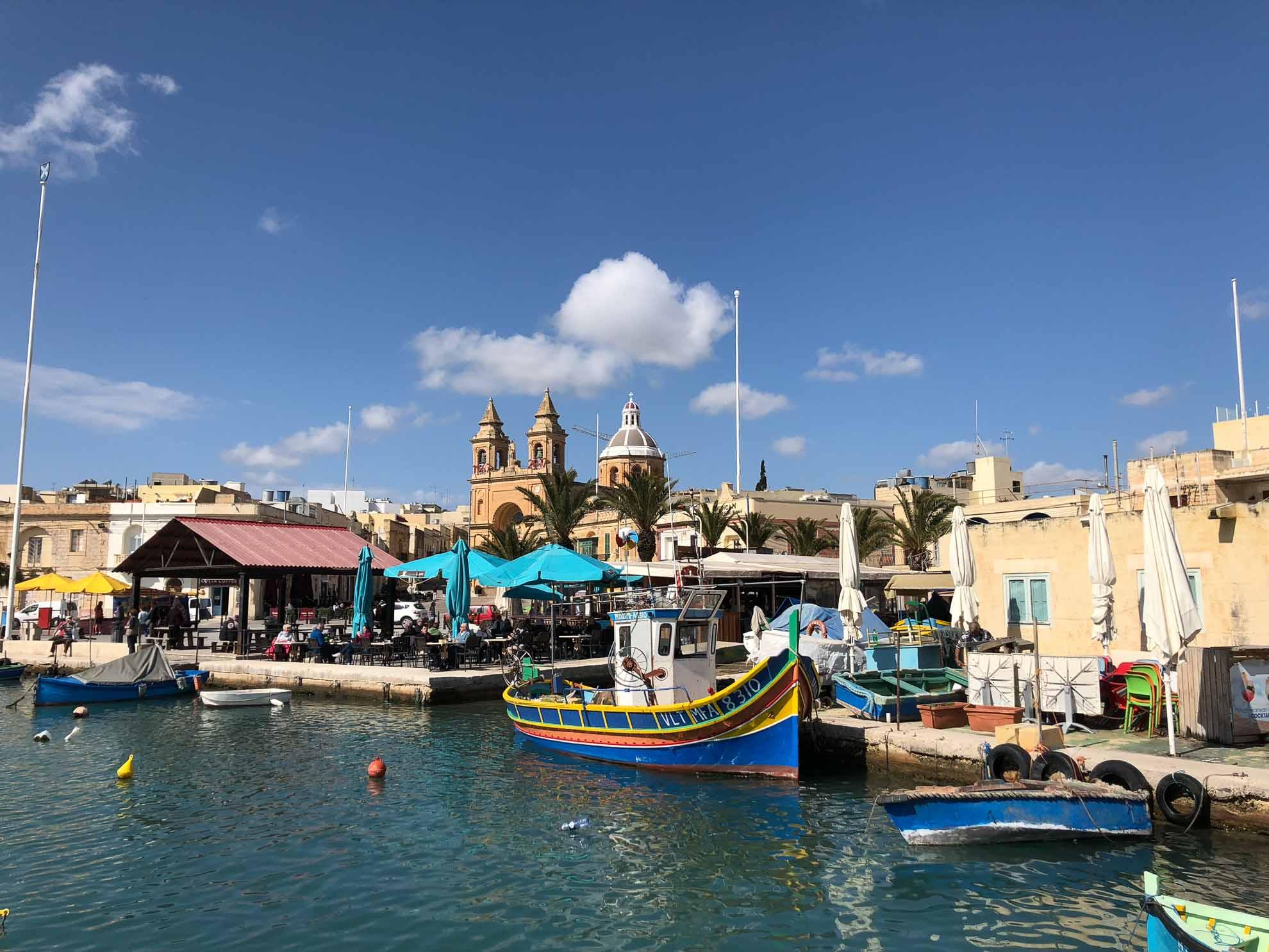 Unter anderem in den Fischerort Marsaxlokk im Südosten Maltas. Die bunten Boote sind charakteristisch für den Hafen.