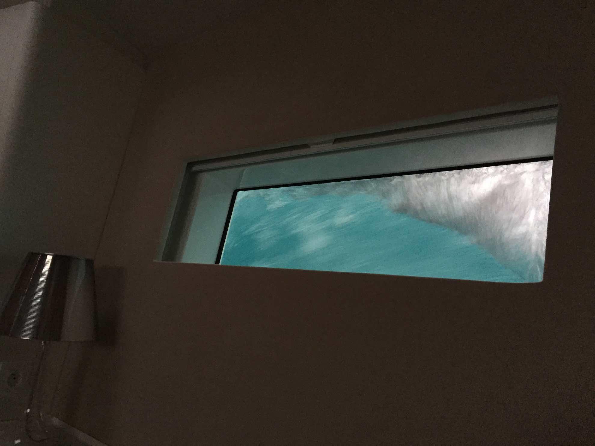 Bei Schräglage und Seegang schwappt das Wasser bis über die Fenster unserer Kabine. Das ist kein Grund zur Sorge, die Malaika ist dafür gebaut.