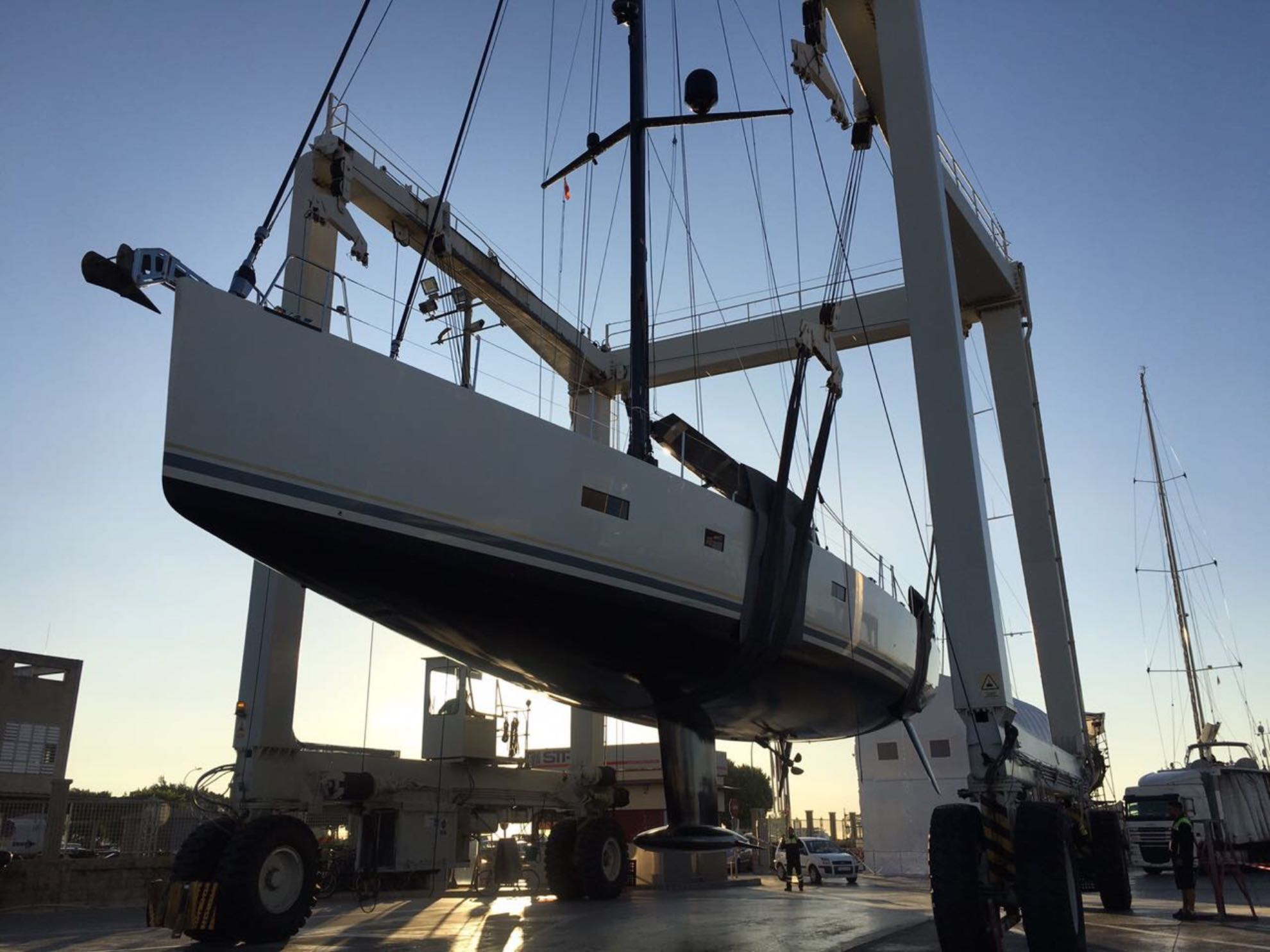 50 Tonnen Malaika hängen am Travellift.