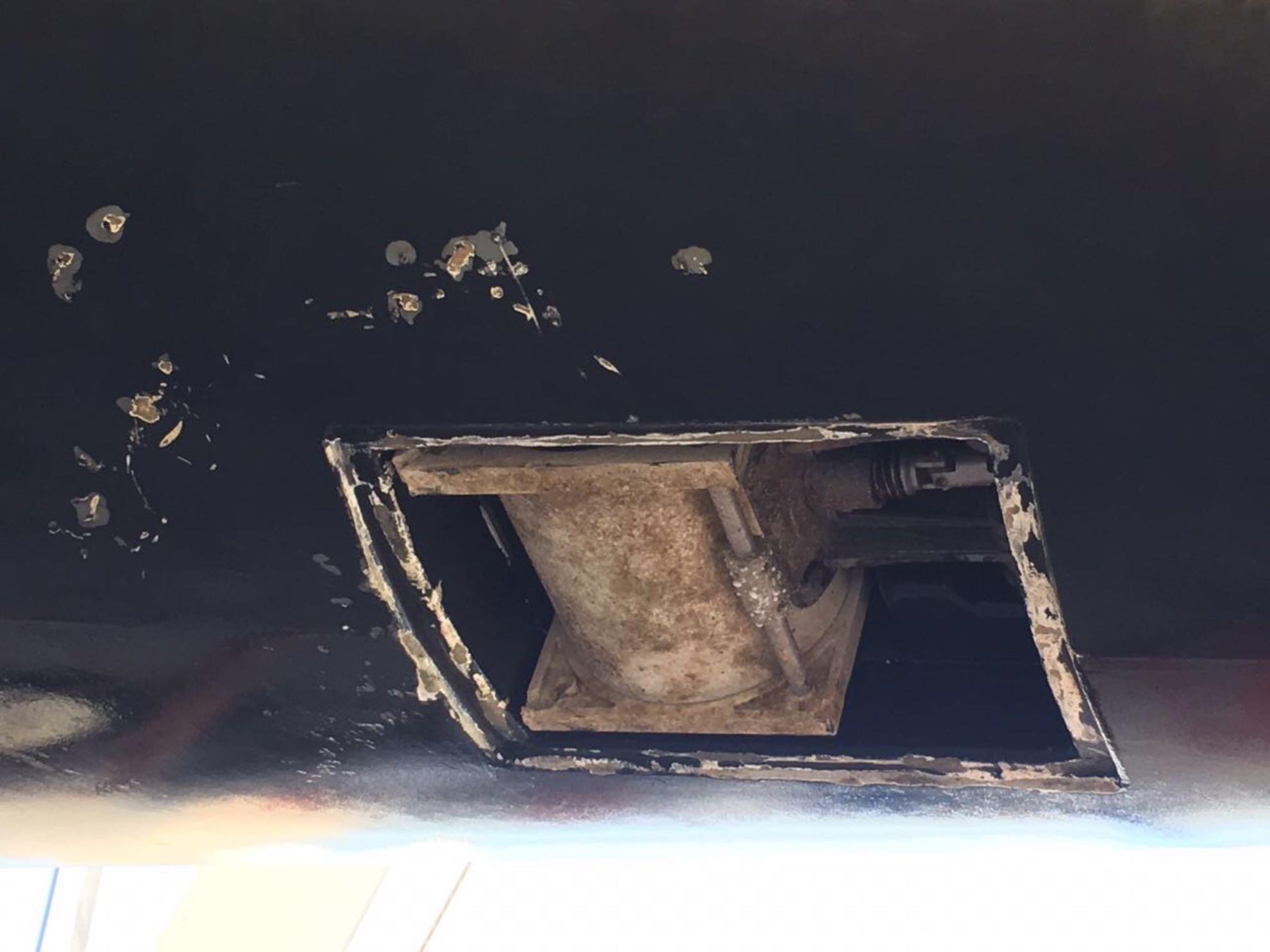 Schäden am Seitenstrahlruder sind zu reparieren.