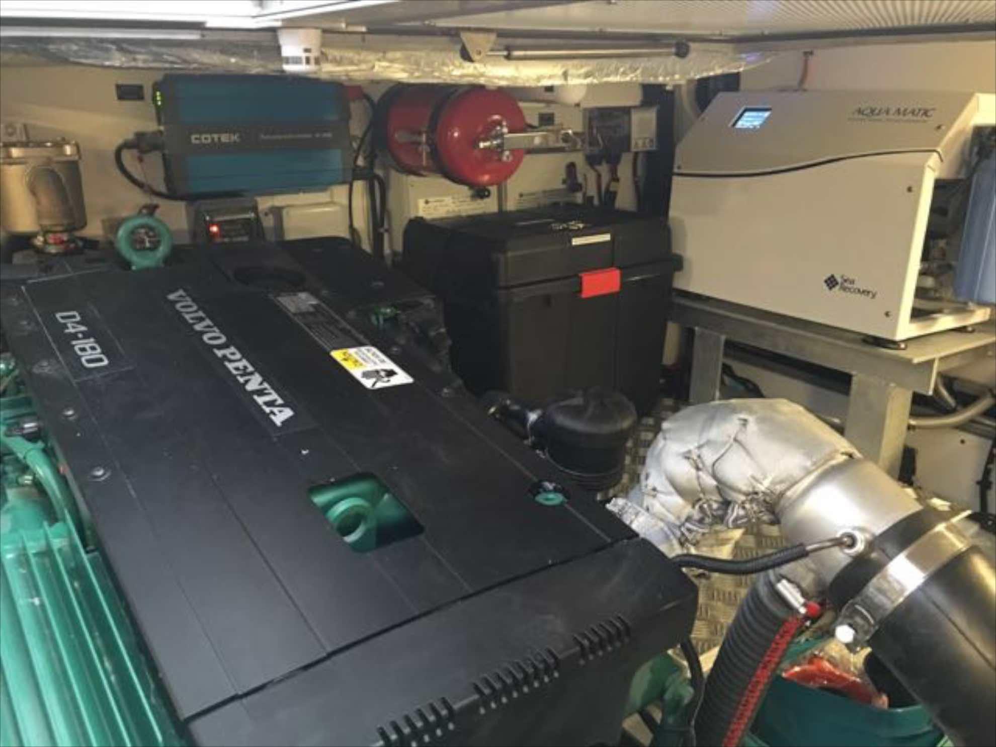 Unterwegs wurde versehentlich ein Pulver-Feuerlöscher im Maschinenraum ausgelöst. Das feine Pulver hat den Luftfilter des Motors verstopft und geriet in den Ölkreislauf der Maschine.