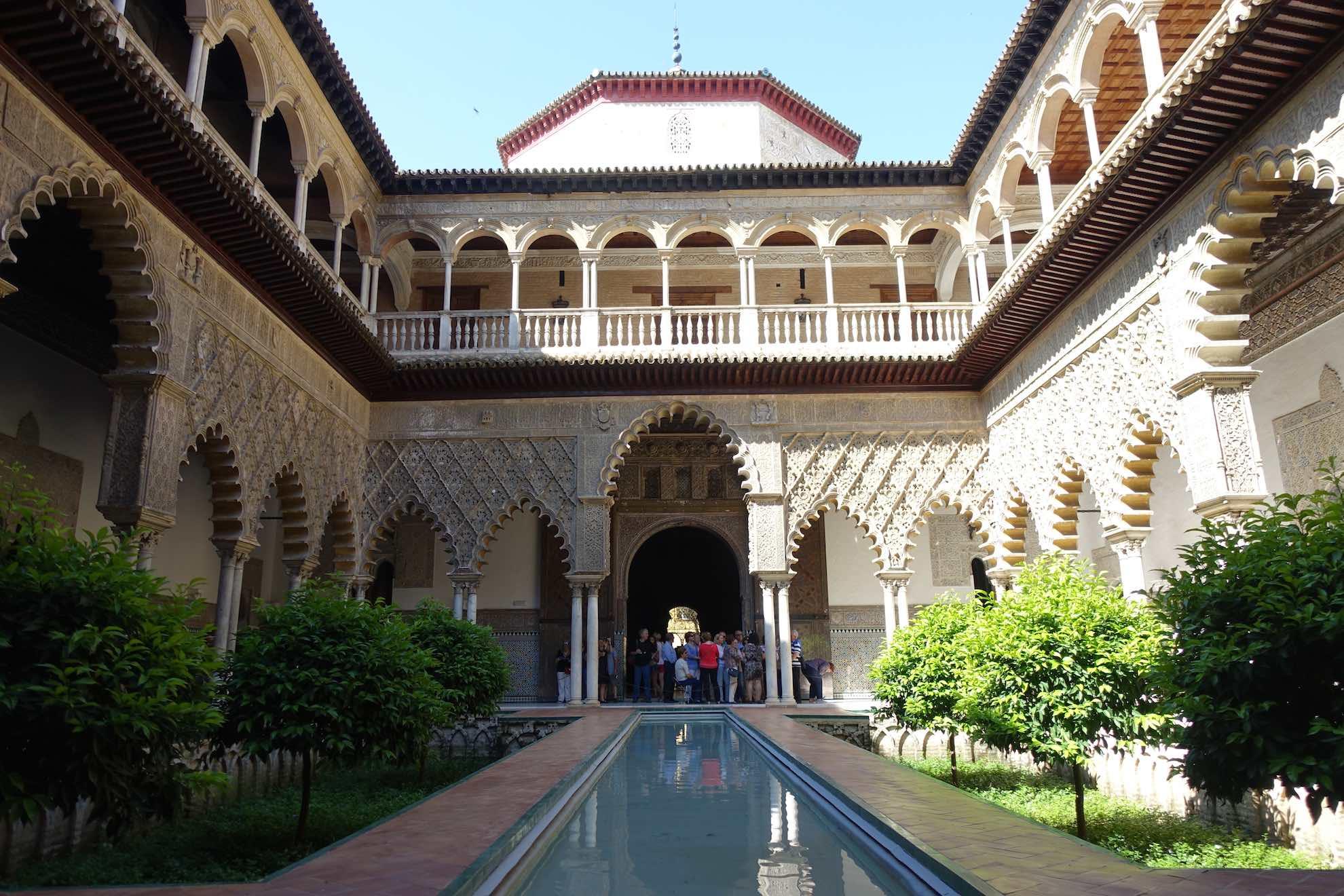 Der Real Alcázar Palastkomplex spiegelt die vielfältige Geschichte Andalusiens wieder.