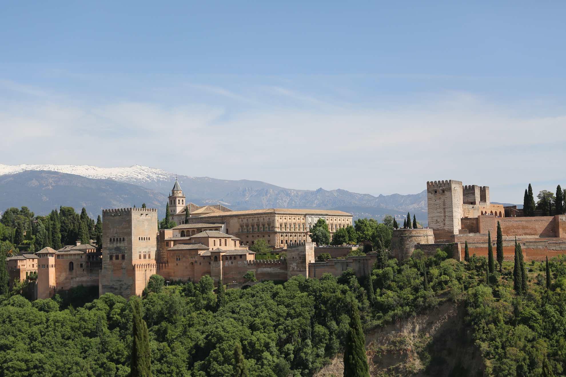 Erst im Jahr 1492, dem Jahr der Entdeckung Amerikas durch Kolumbus, eroberten die christlichen Spanier die Alhambra, die letzte Bastion der arabischen Herrscher in Spanien.