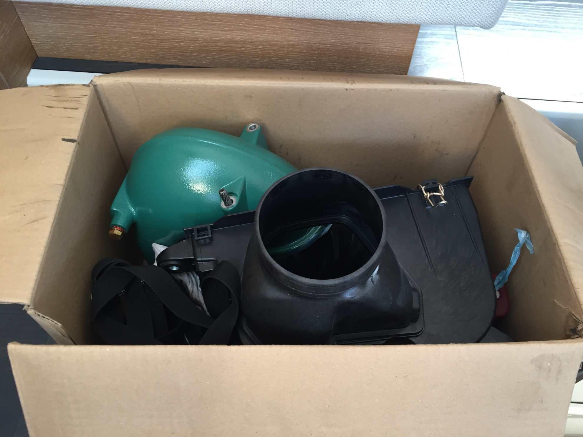 Die gereinigten Einzelteile unseres Motors werden wieder an Bord geschafft.