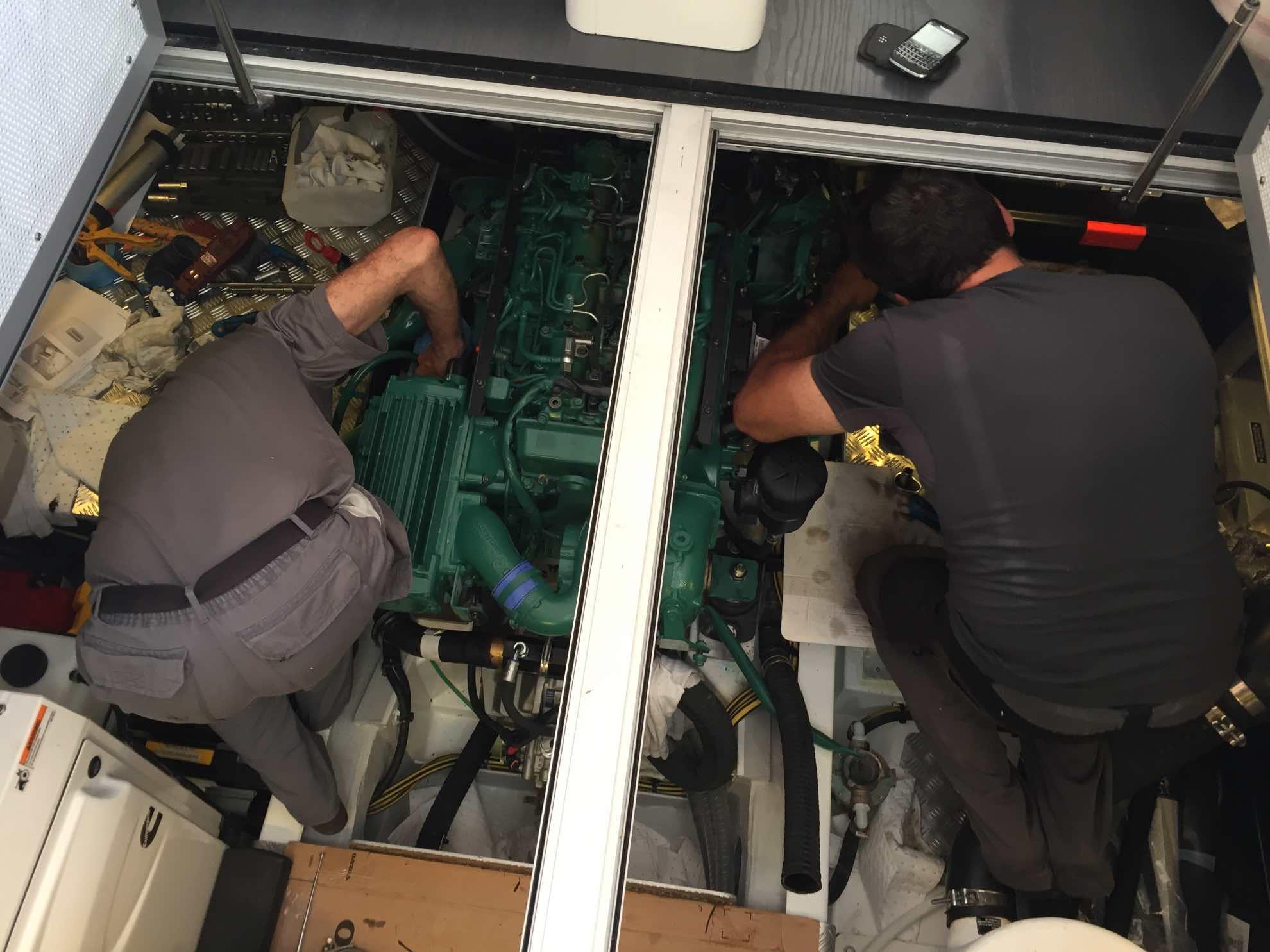 Volvo Penta Techniker bauen alles wieder fachgerecht zusammen und bringen die Maschine in Gang.