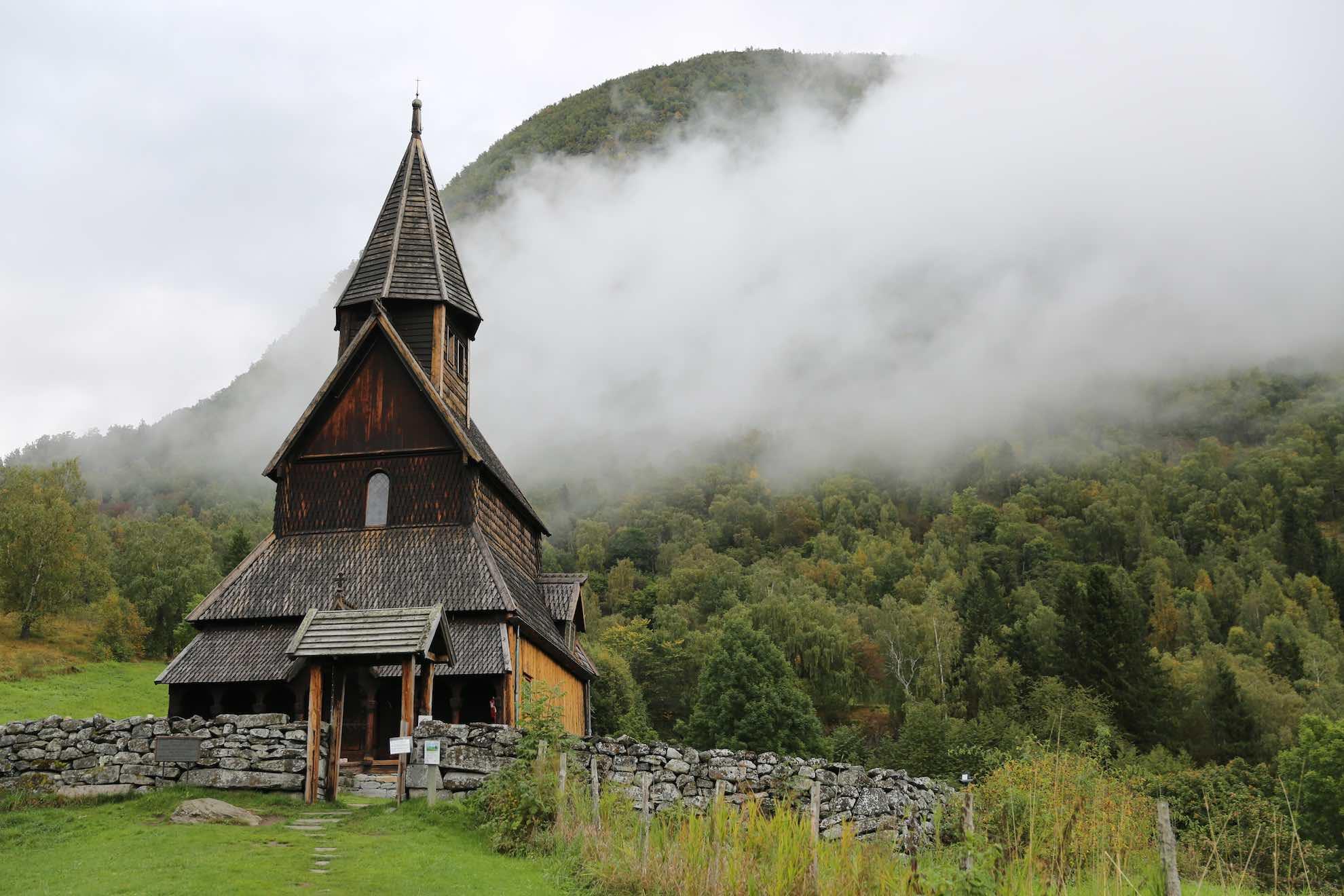 In der Umgebung lohnt ein Besuch der Stabkirche von Ornes.