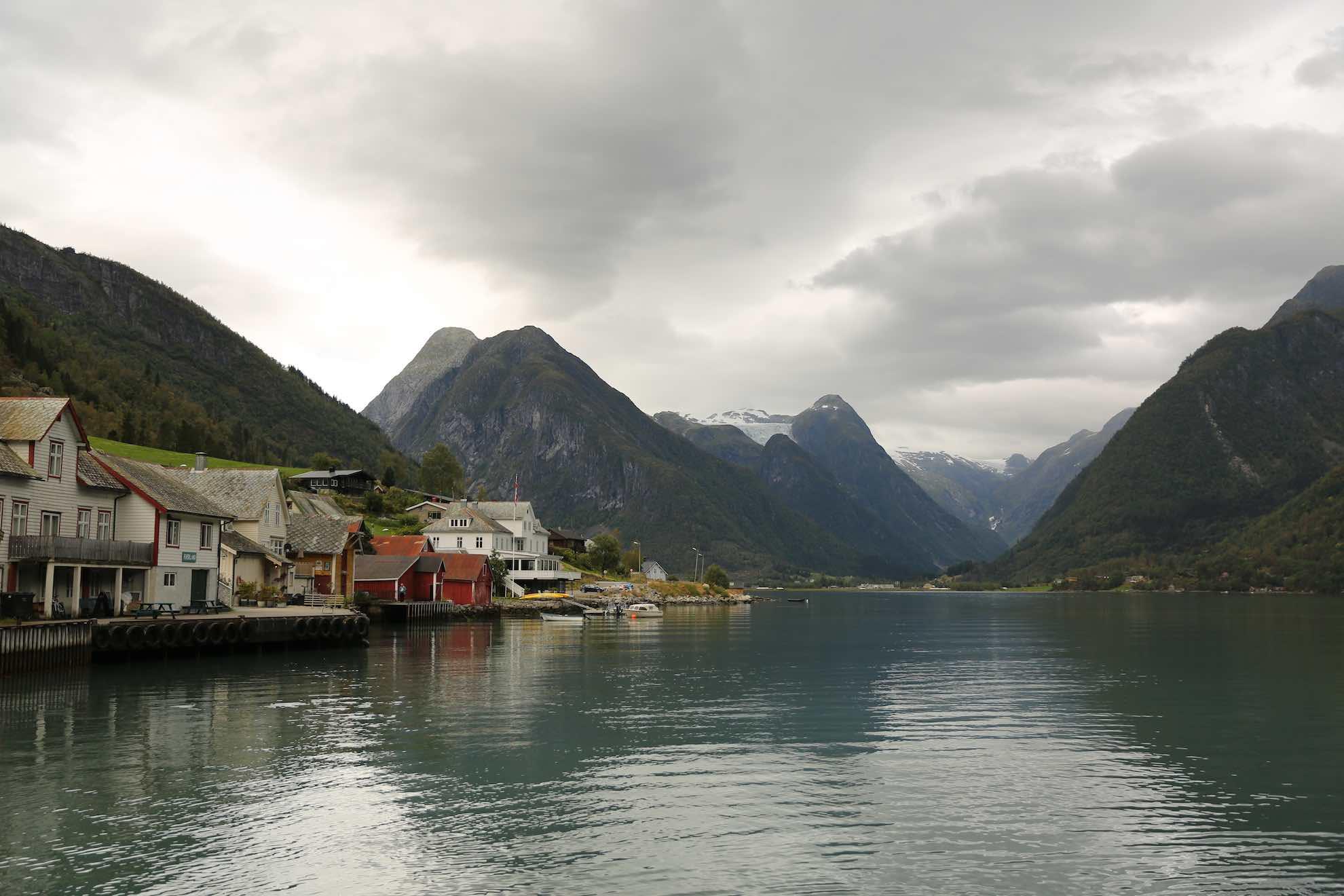 Der Ort Fjærland im Sognefjord ...
